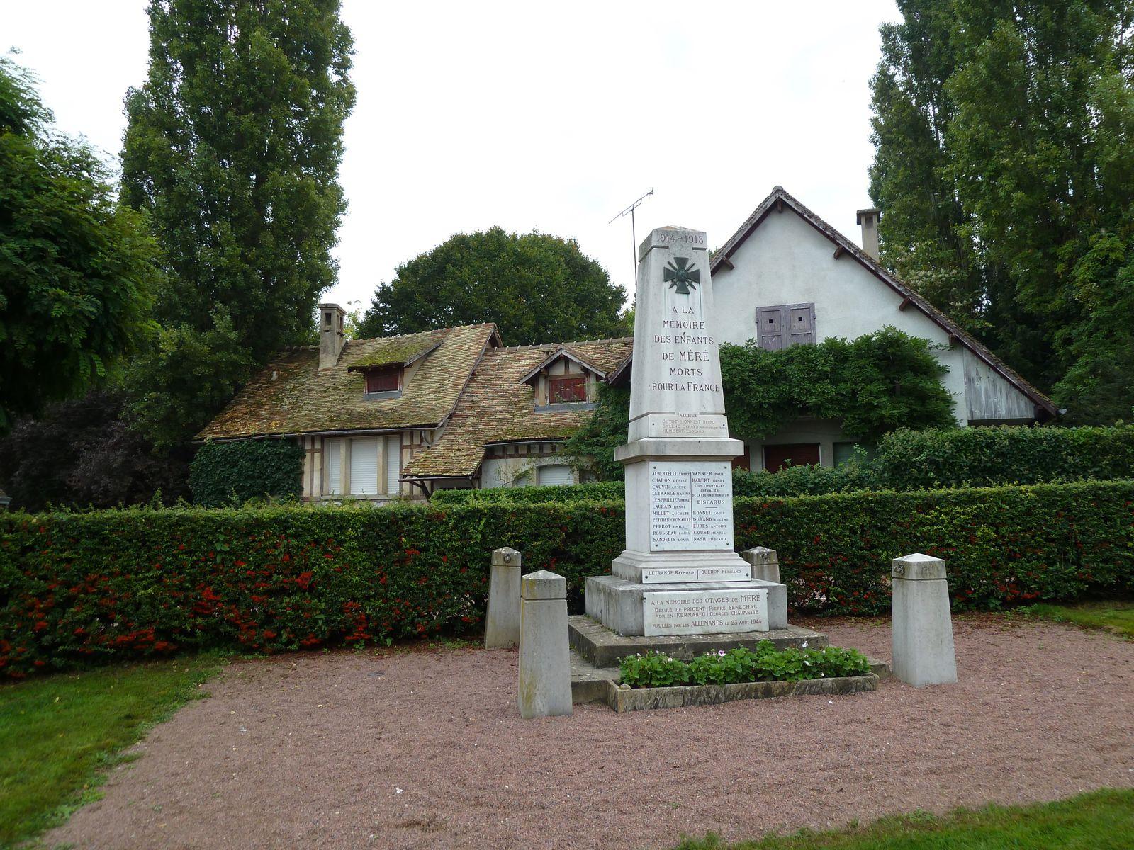 Monument commémoratif, situé au coeur du village devant l'école publique érigé pour commémorer et honorer les soldats, et plus généralement les personnes, tuées ou disparues par faits de guerre.