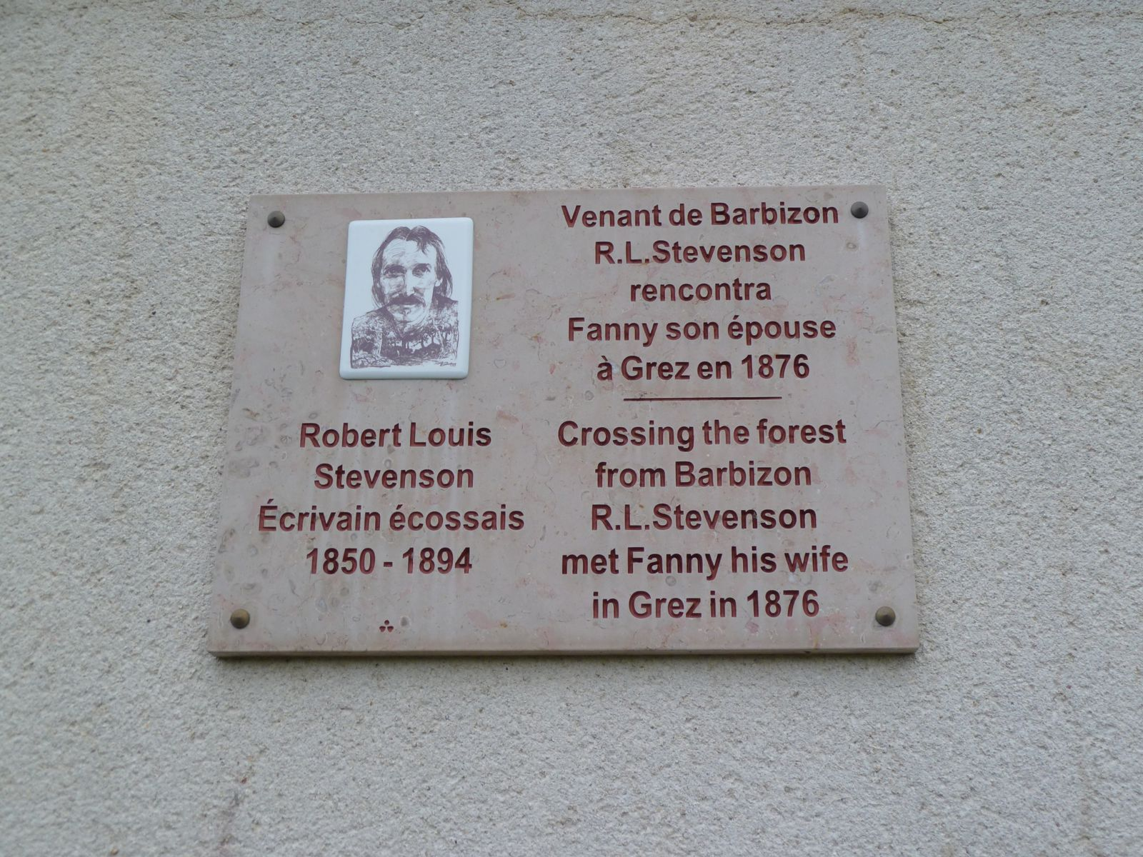 A un carrefour, une plaque apposée sur le mur d'une maison nous apprend que l'écrivain Robert-Louis Stevenson (écrivain écossais, auteur de l'Ile au Trésor) écrivit, concernant le Vieux Pont, qu'il était accroché sur les cimaises du monde entier, ce qui aujourd'hui encore est une réalité. C'est à Grez qu'il rencontra sa future épouse Fanny.