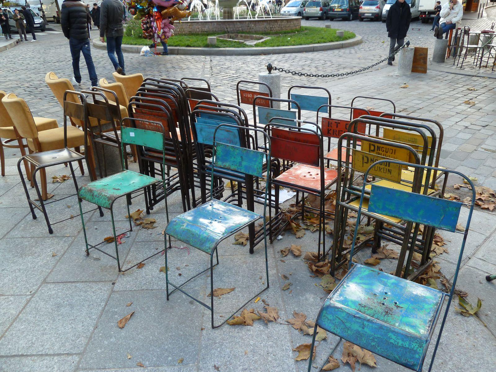 Des chaises, en fer soudé grossièrement, en provenance directe d'Inde, 65 € la chaise quand même, cherchez l'erreur !