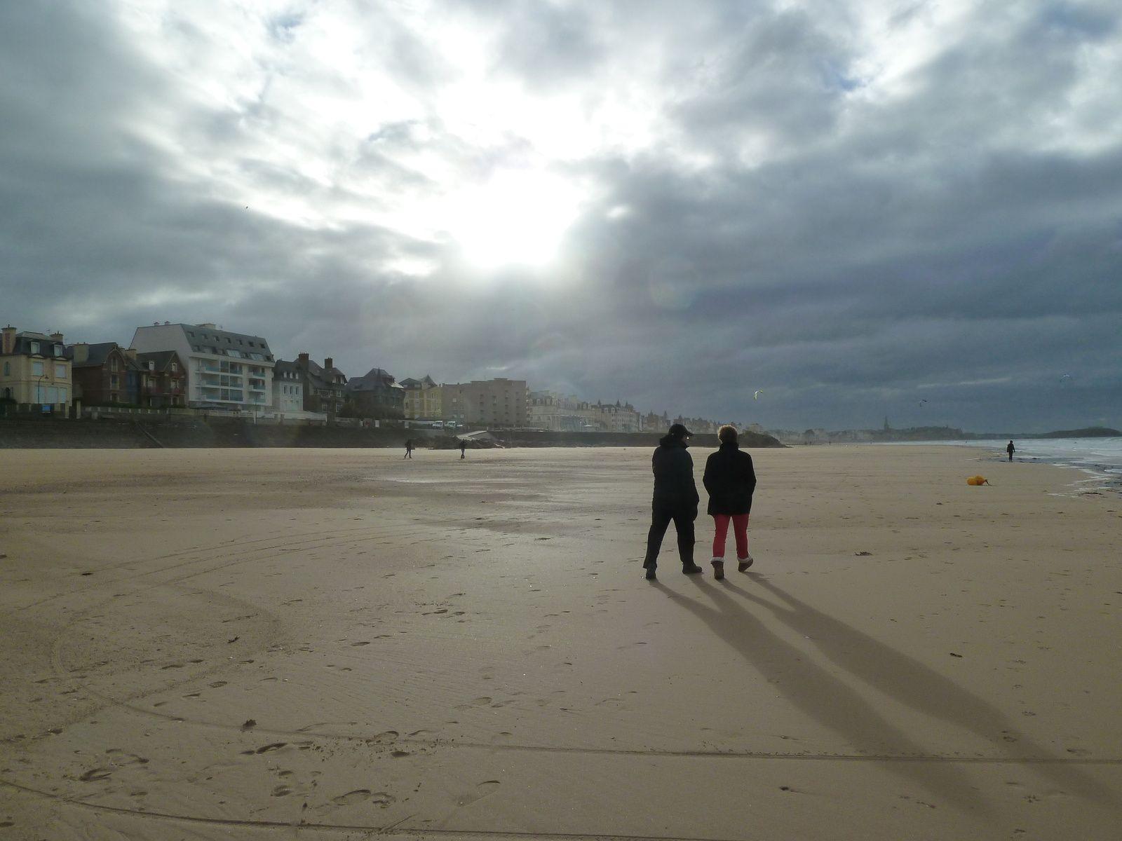 Nous approchons de la ville, le soleil darde timidement et trace sur le sable des ombres gigantesques...
