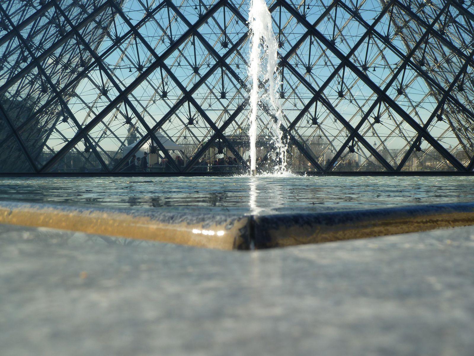 Avant d'entrer au musée, nous avons fait le tour de l'esplanade et ses fameuses pyramides. Malgré les nombreux débats et critiques sur l'opportunité de cet ensemble architectural, que nous devons à François Mitterrand, il faut reconnaitre que c'est une véritable réussite qui attire les parisiens et les touristes du monde entier.