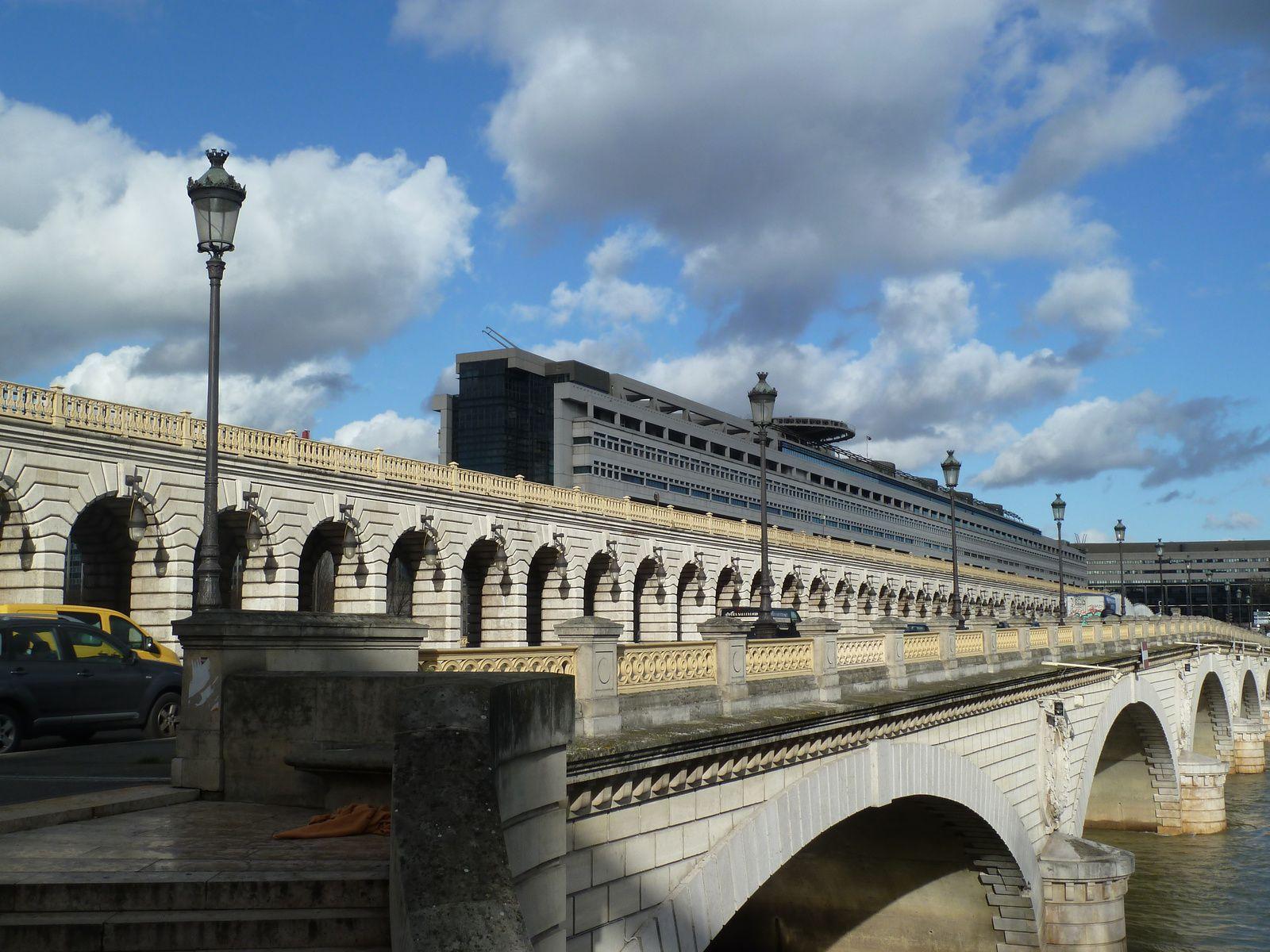 Le pont de Bercy dessus, dessous. La Seine vue du Quai de la Gare, le Port de la Rapée.