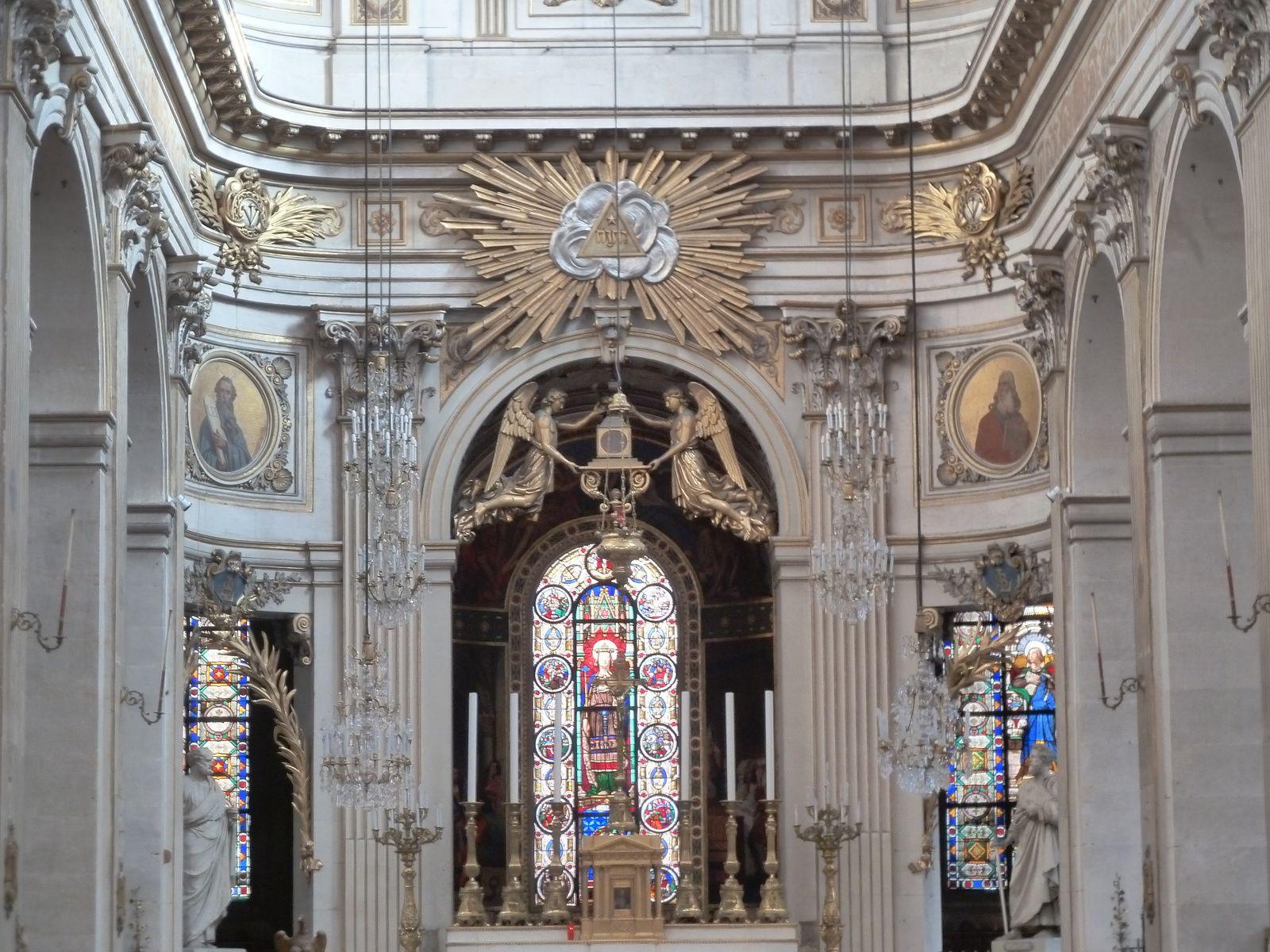 La décoration intérieure de l'église a été confiée à Jean-Baptiste de Champaigne (1631-1681), neveu du célèbre peintre Philippe de Champaigne. La décoration a été réalisée sobrement, dans un style voisin de celle de l'église Saint-Jacques-du-Haut-Pas, toutes les dorures actuelles ne datant que du XIXème siècle. Lire ci-dessous...
