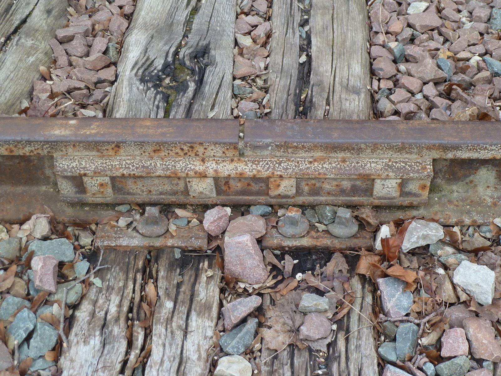 """Les vieilles voies ferrées restées """"dans leur jus"""" certaines traverses ont été remplacées..."""