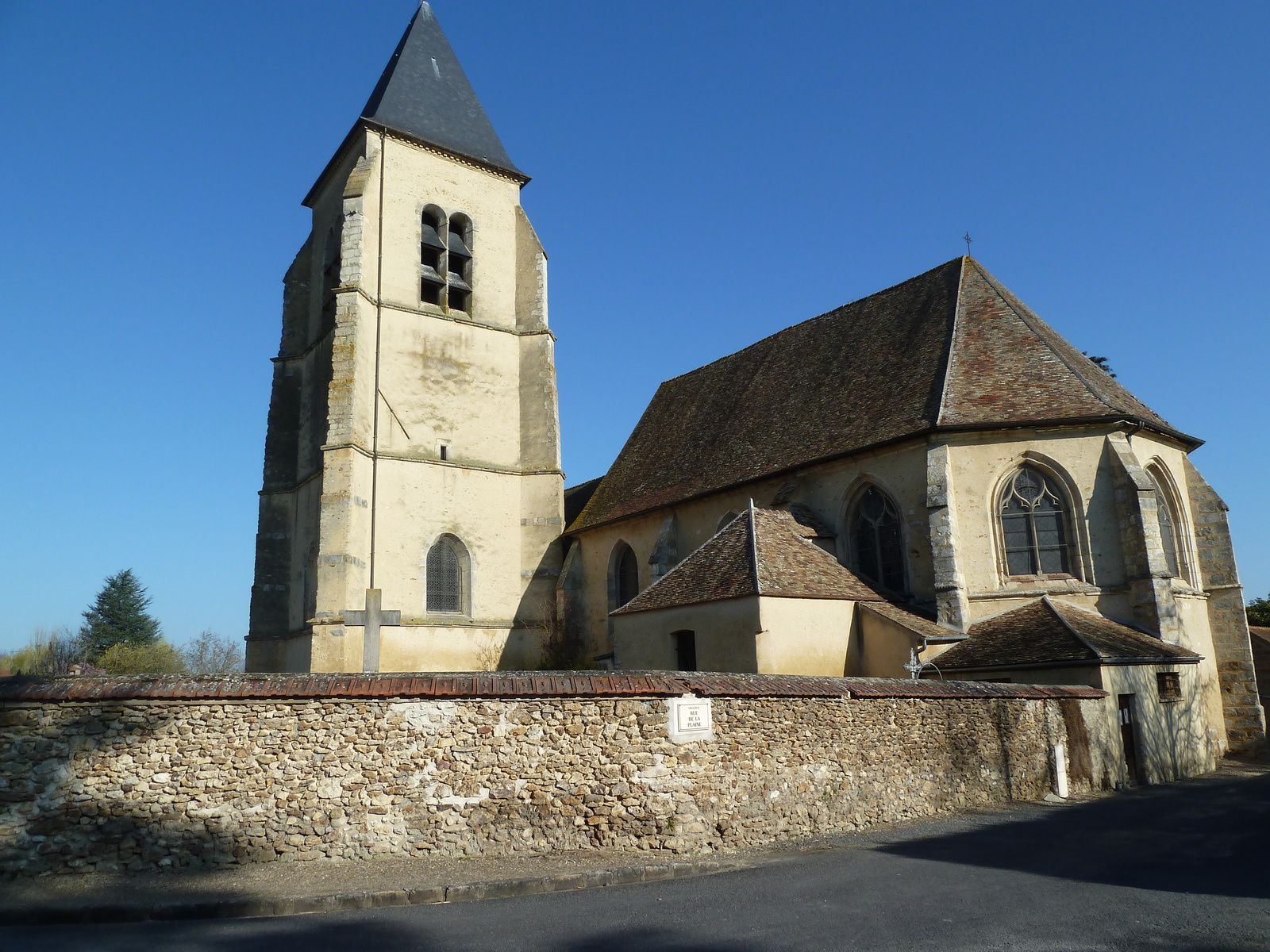 Église Saint-Pierre-aux-Liens, (fermée) XVème (Inscrite aux Monuments Historiques), construite sur l'emplacement d'une première église dont subsiste le clocher XIIème.