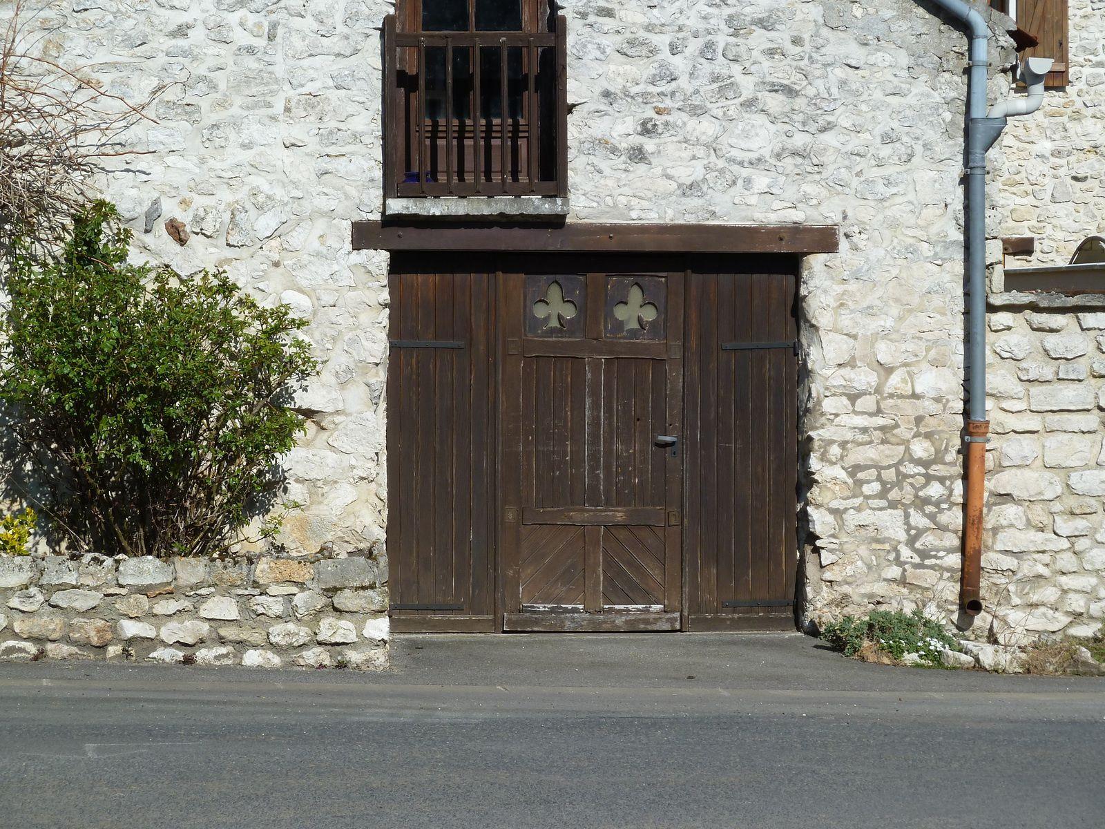 Petite halte devant l'Auberge de la truite à Rosay. J'aime bien les trèfles dans la porte de cette maison.