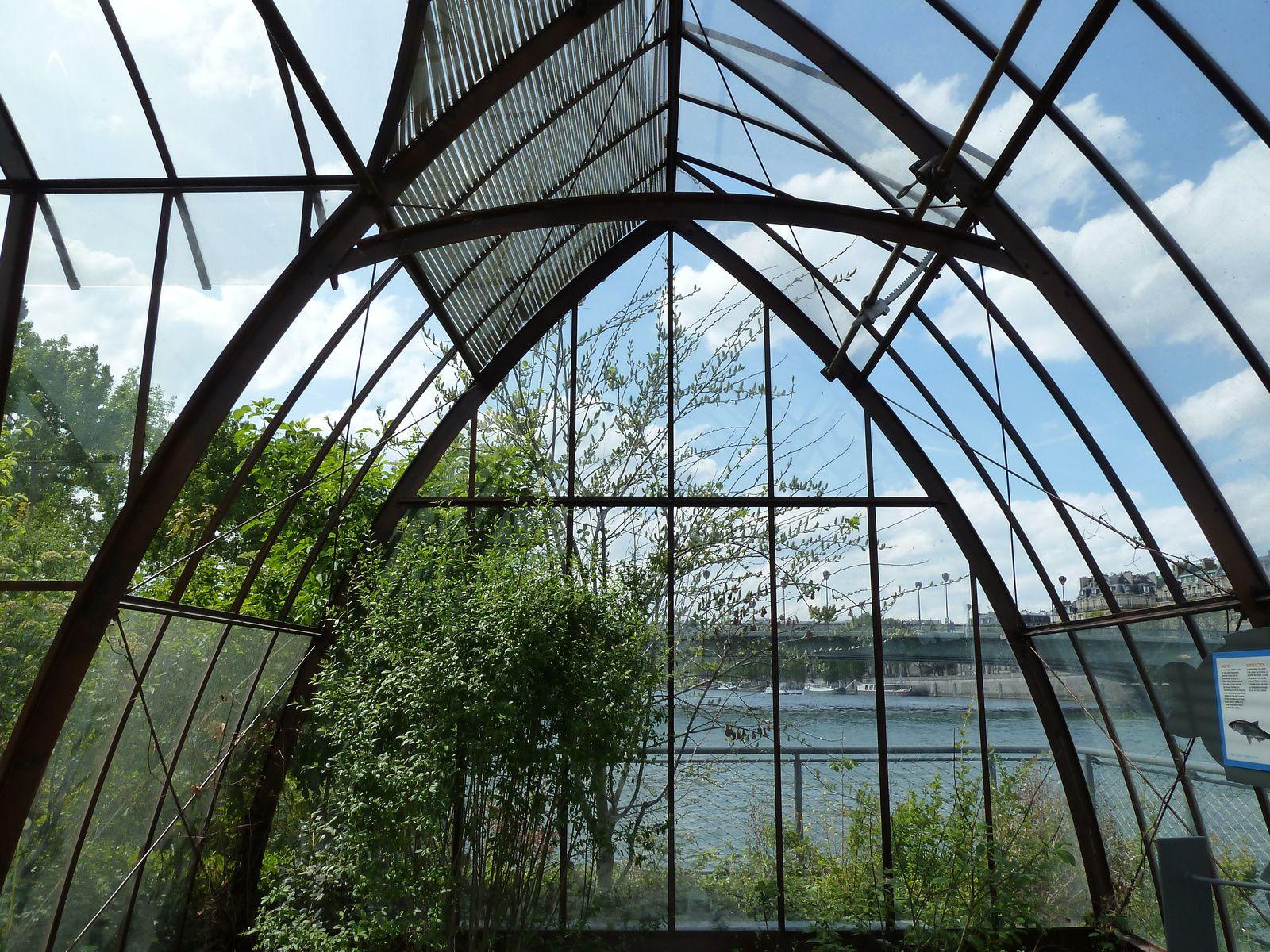 Une exposition sur les poissons d'eau douce est hébergée sous cette légère verrière des jardins flottants des berges aménagés en 2013.