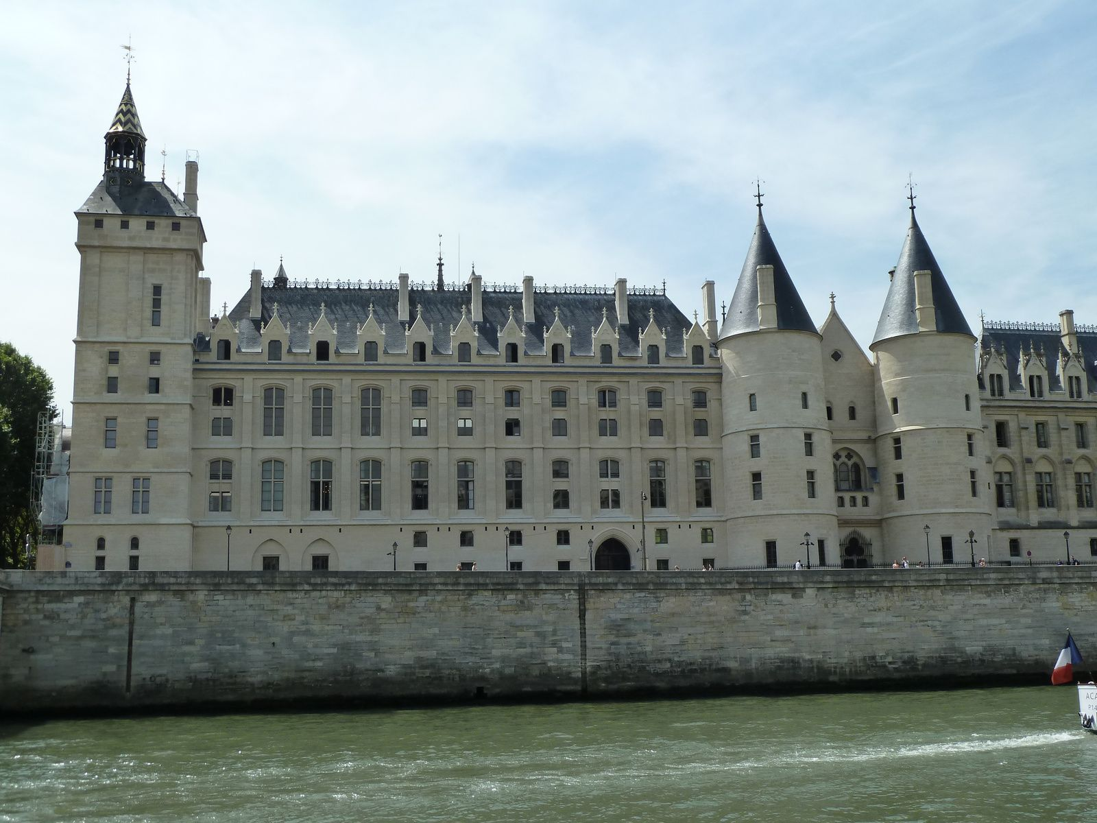 La Conciergerie a été édifiée à la demande du Roi Philippe le Bel au début du XIVème siècle. Elle  était alors le titre porté par le Gouverneur de la Maison du Roi. Il reste de cette époque trois salles Gothiques. Le bâtiment comporte quatre tours sur le quai de l'Horloge sur les bords de la Seine. Du quai de la Mégisserie, on peut admirer les deux tours jumelles de l'édifice : la Tour d'Argent à droite, où était conservé le trésor de la Couronne, à gauche, la Tour de César.  Au rez-de-chaussée se trouve la Salle des Gardes, et la Salle des Gens d'Arme. Son nom est surtout attaché à la période de la Terreur pendant la Révolution Française.  La Conciergerie était alors la prison du Tribunal Révolutionnaire et y être signifiait la quasi certitude d'être guillotiné.  Elle a vu passer Marie-Antoinette, Charlotte Corday, Madame Roland et les Girondins, Danton, André Chénier, le Général Hoche et Robespierre...