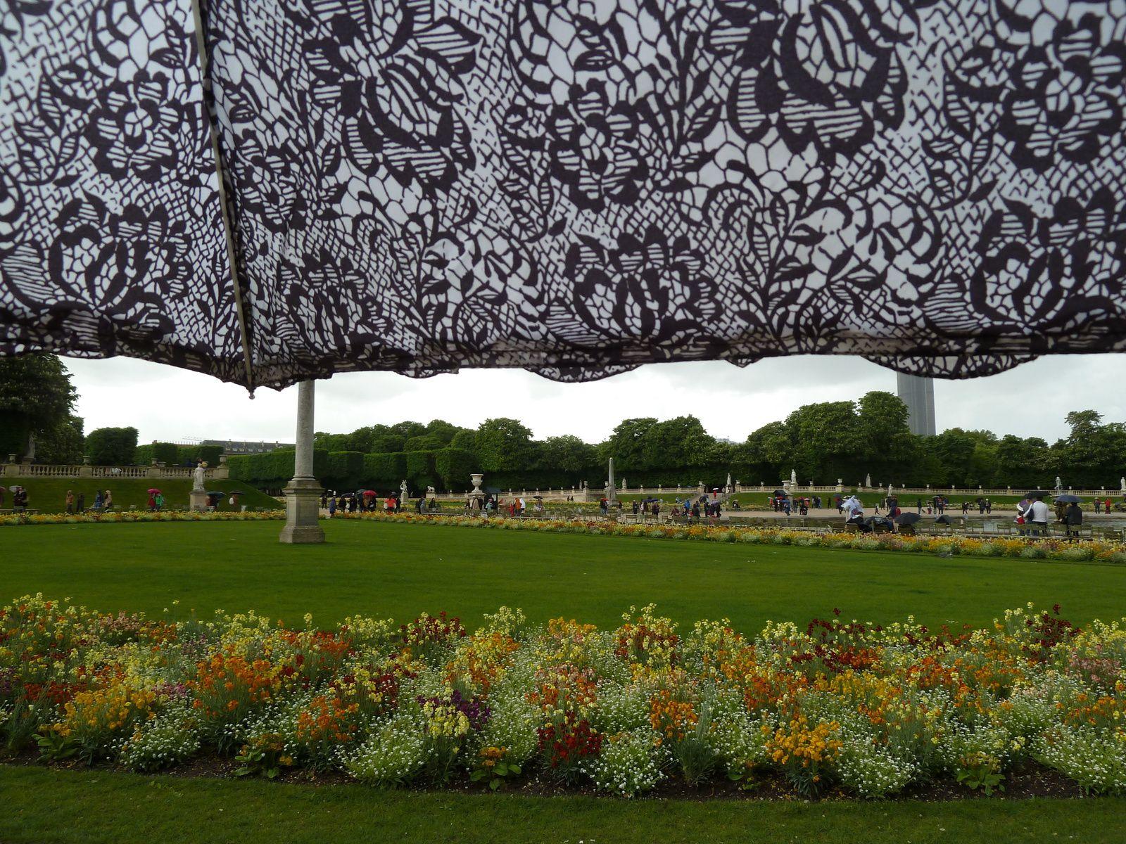 Une petite pluie fine n'empêche pas les dames de profiter de la beauté des jardins.