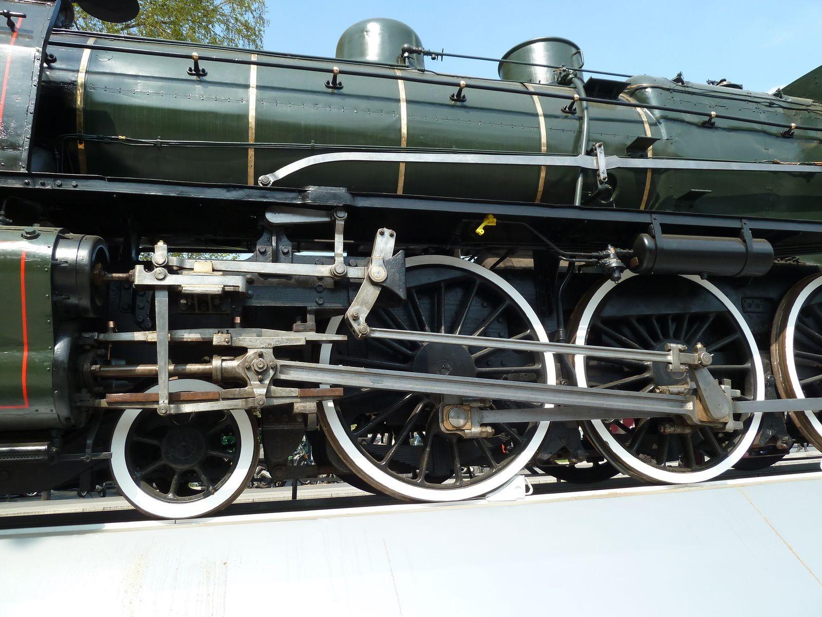Les roues de cette machine me rappellent que lorsque j'étais enfant, j'allais avec mon petit frère sur les quais de la Gare de l'Est pour les voir se mettre en route crachant escarbilles et vapeur, cela m'impressionnait, d'ailleurs mon petit frère en a gardé un gout pour les trains toute sa vie.