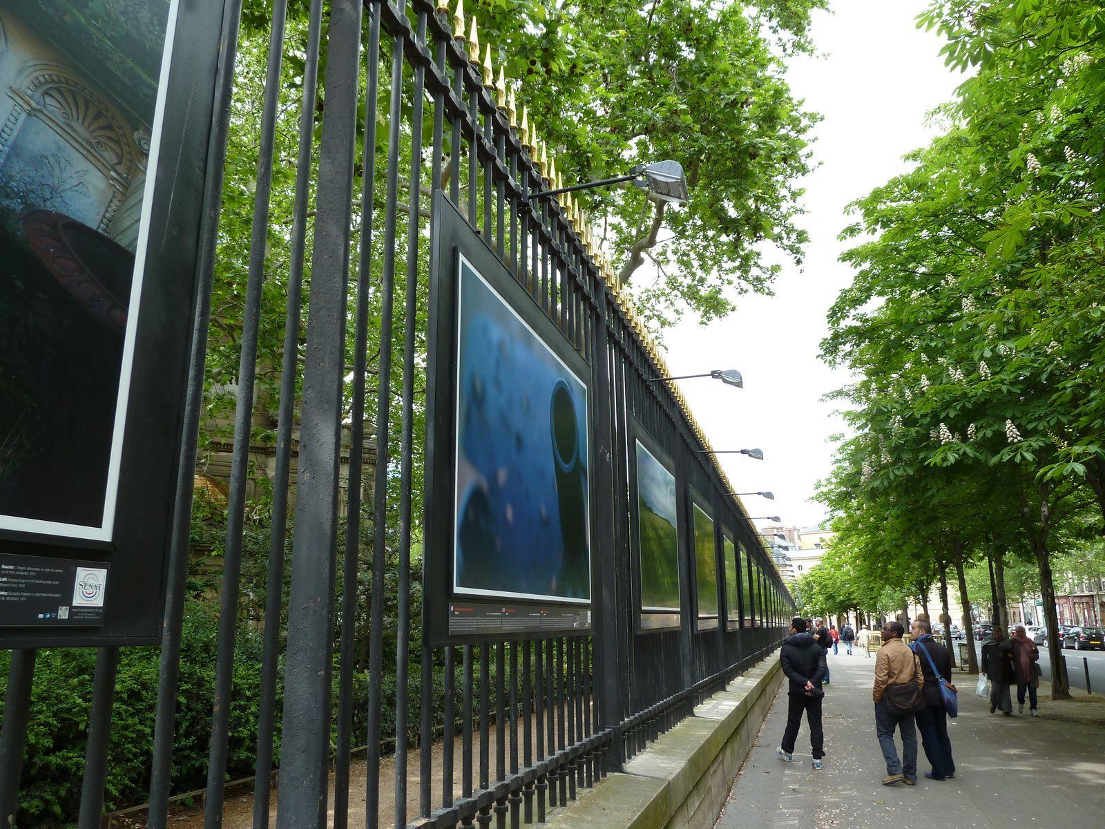"""Les grilles du Jardin du Luxembourg abritent une exposition émouvante sur la """"Grande Guerre""""."""