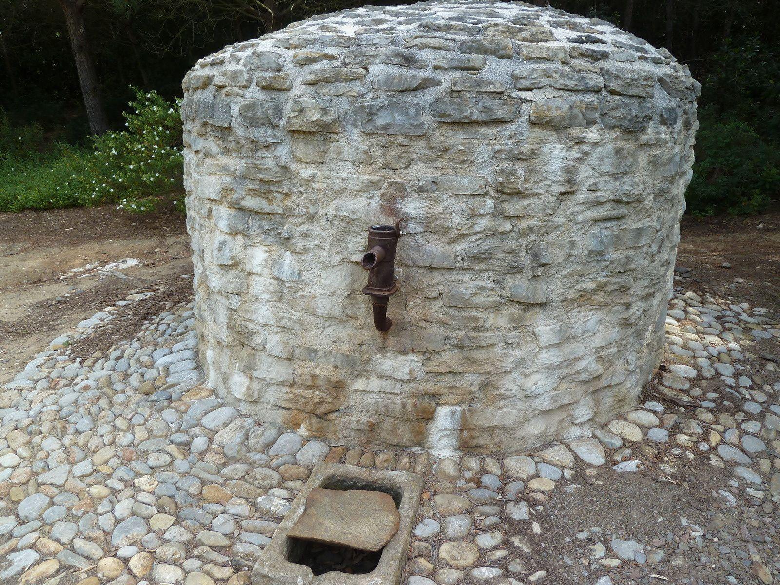 Puits en pierre situé dans le Vallon du Janet.