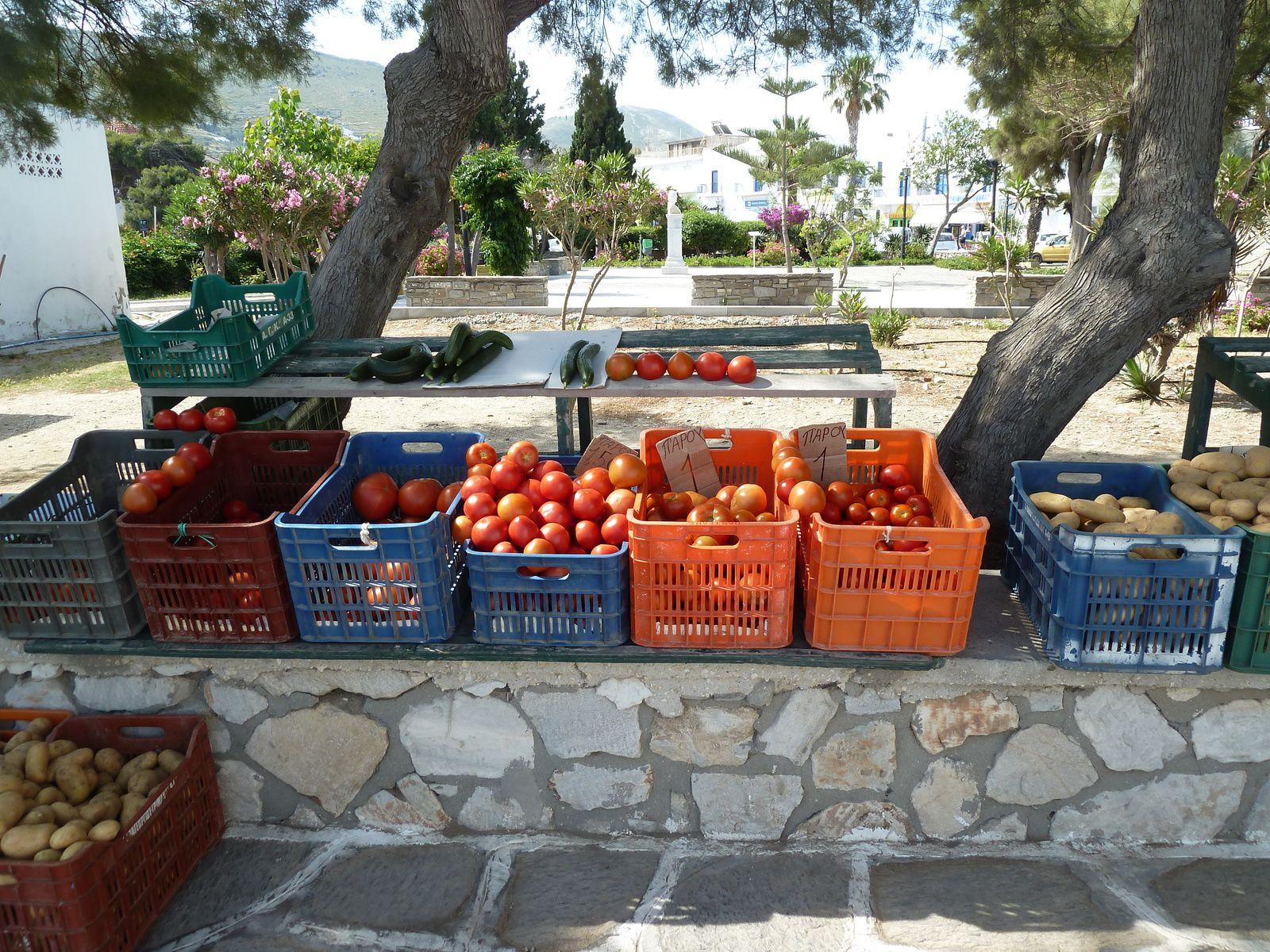 Petite chapelle du centre ville autour de laquelle des marchands de légumes sont présents tous les matins/