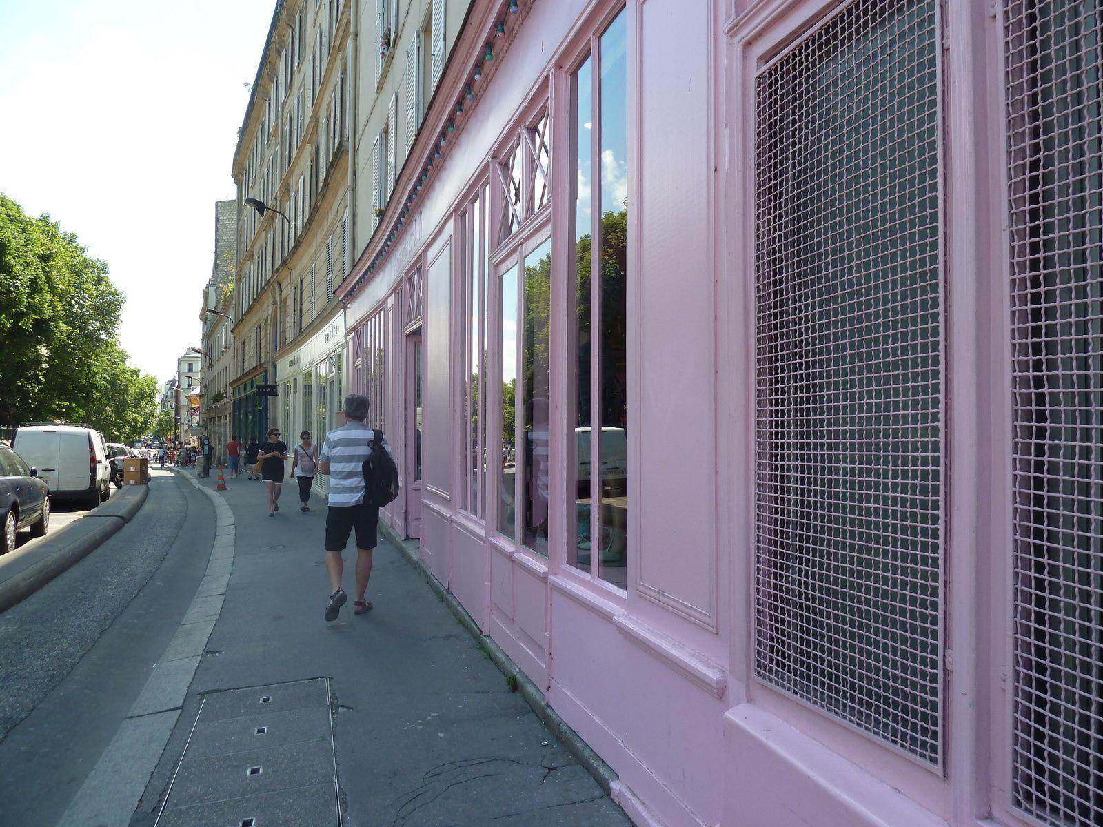 Les fameuses boutiques Antoine et Lili se distinguent par leur coloris pastel.