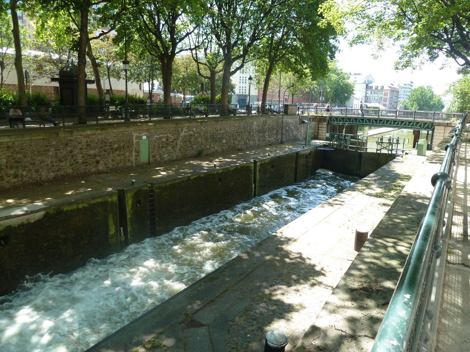 Ecluses et StreetArt le long du bord de canal en font un charme un peu désuet et très prisé.