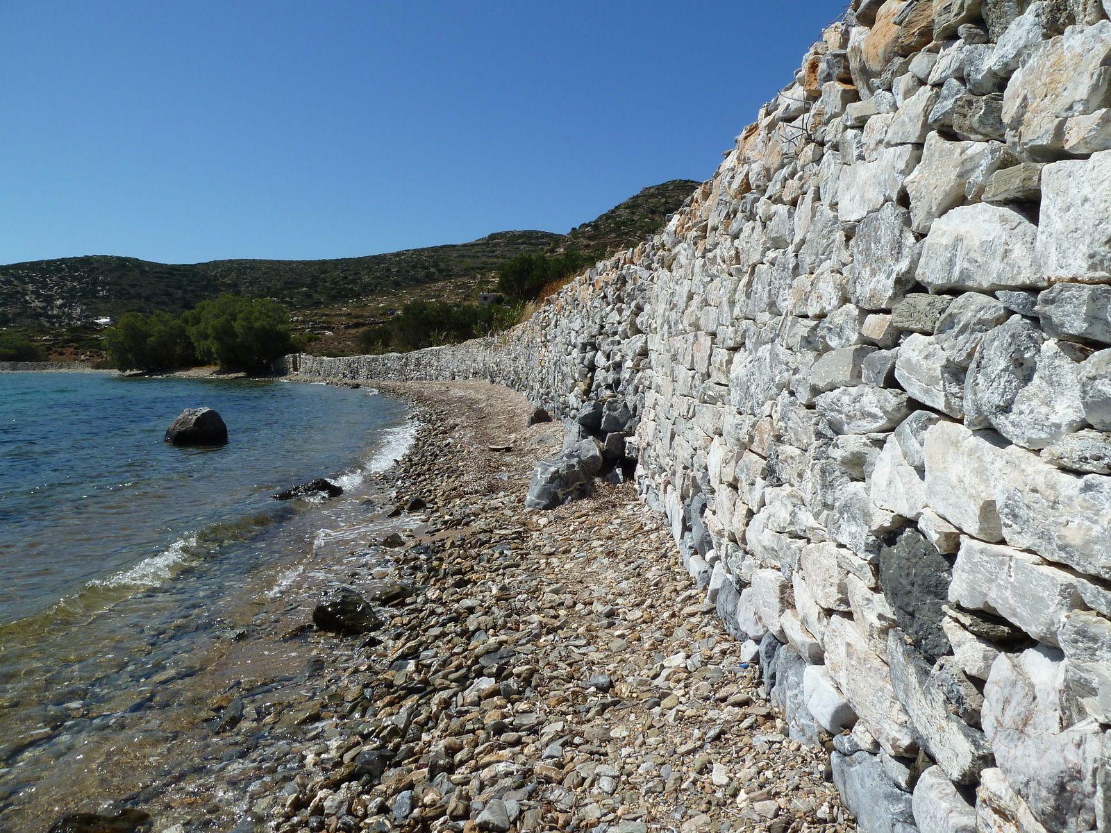 Retour par un chemin caillouteux le long de la mer. Sur l'eau, une statue d'une baigneuse de marbre blanc est posée sur un rocher.