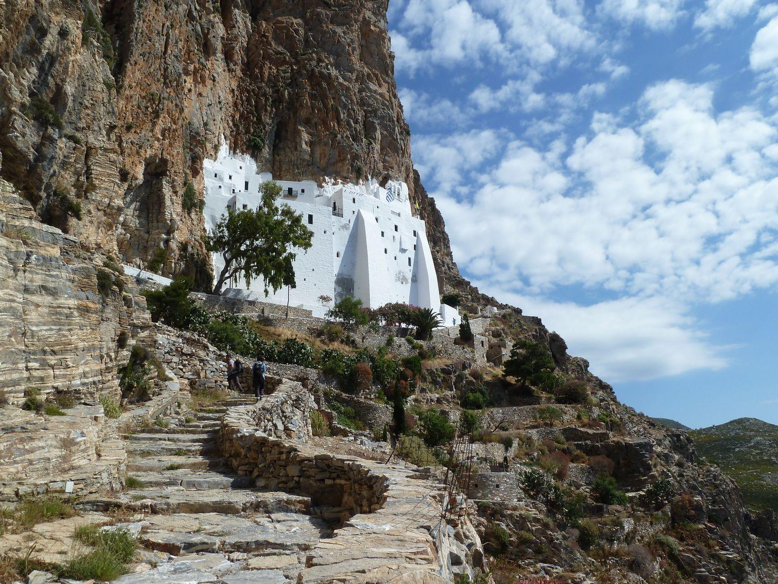 Le bus nous arrête en contre-bas, nous devons gravir une volée de larges marches de pierre vers le Monastère.