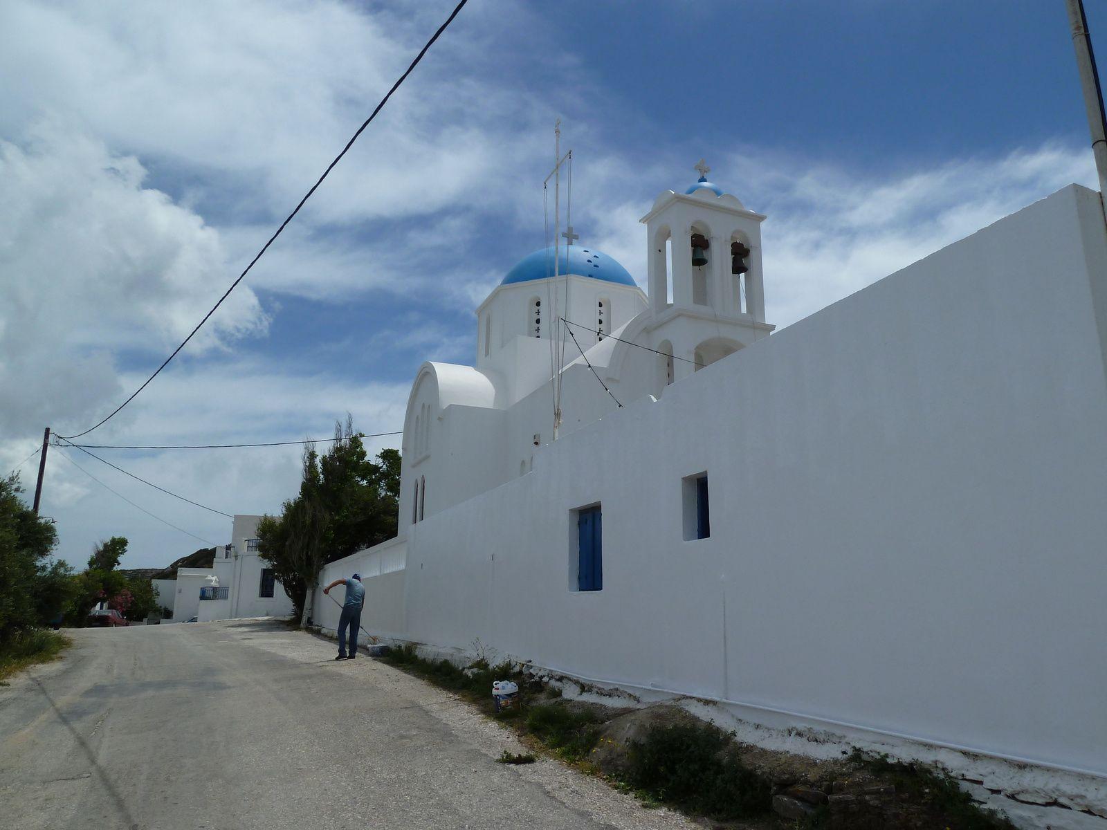Nous quittons Lagada pour le sur de l'île, nous sommes attirés par une activité à l'intérieur et à l'extérieur de l'église d'Arkisini.