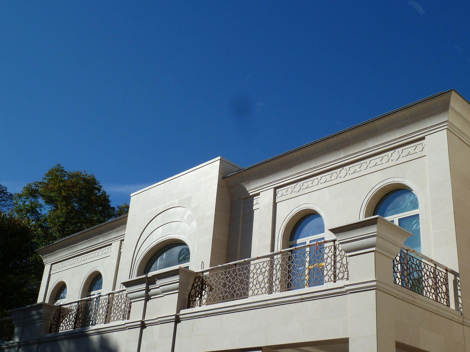 Jouxtant le jardin, un immense palais en cours de construction, renseignements pris, il s'agit de la résidence privée de l'Ambassadeur d'Arabie Saoudite ....