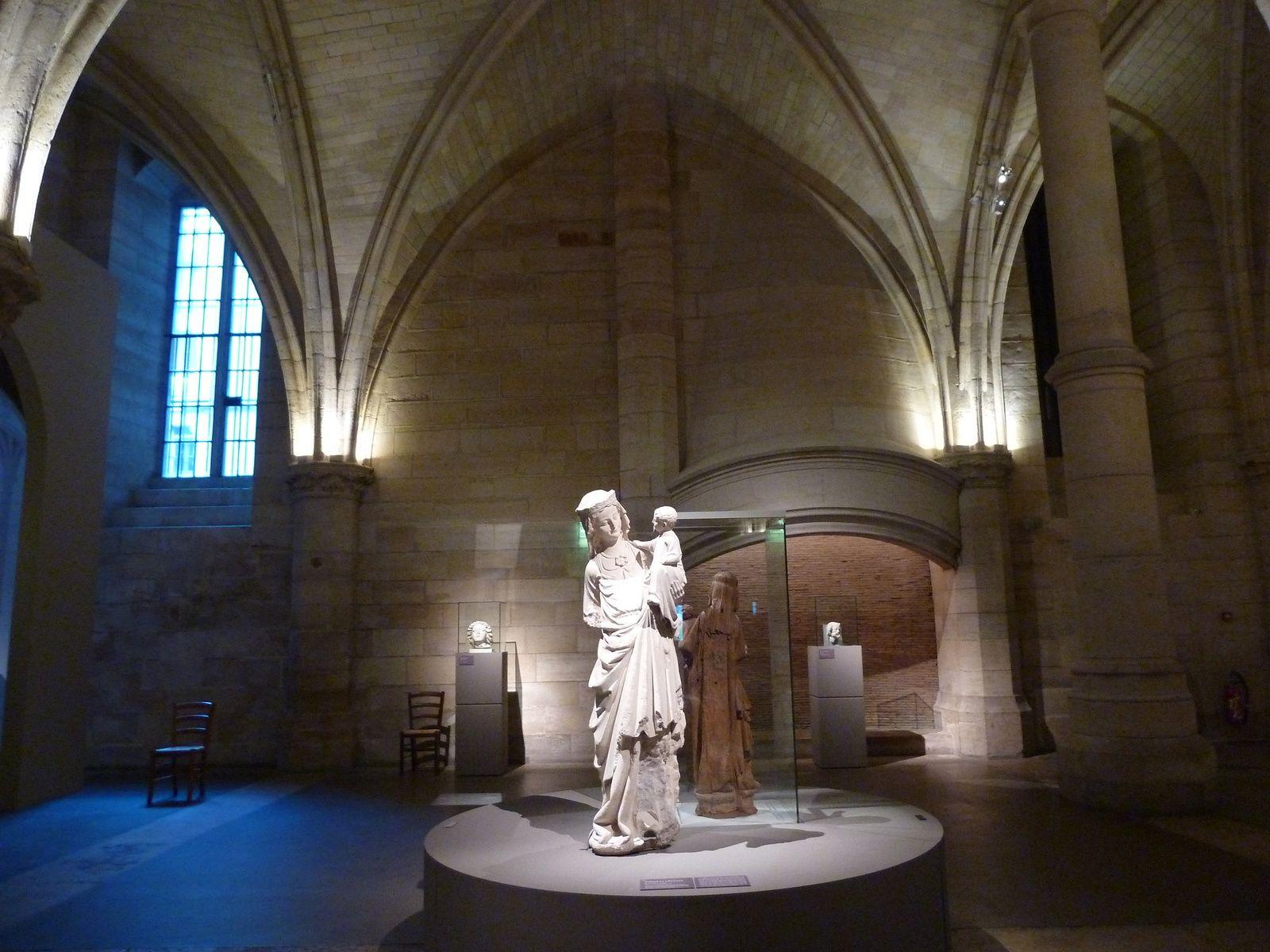 Vierge et l'Enfant. Il est possible que cette statue ait été réalisée à la fin du règne de Saint-Louis, en tout cas, son style correspond à cette période mêlant grâce et majesté.