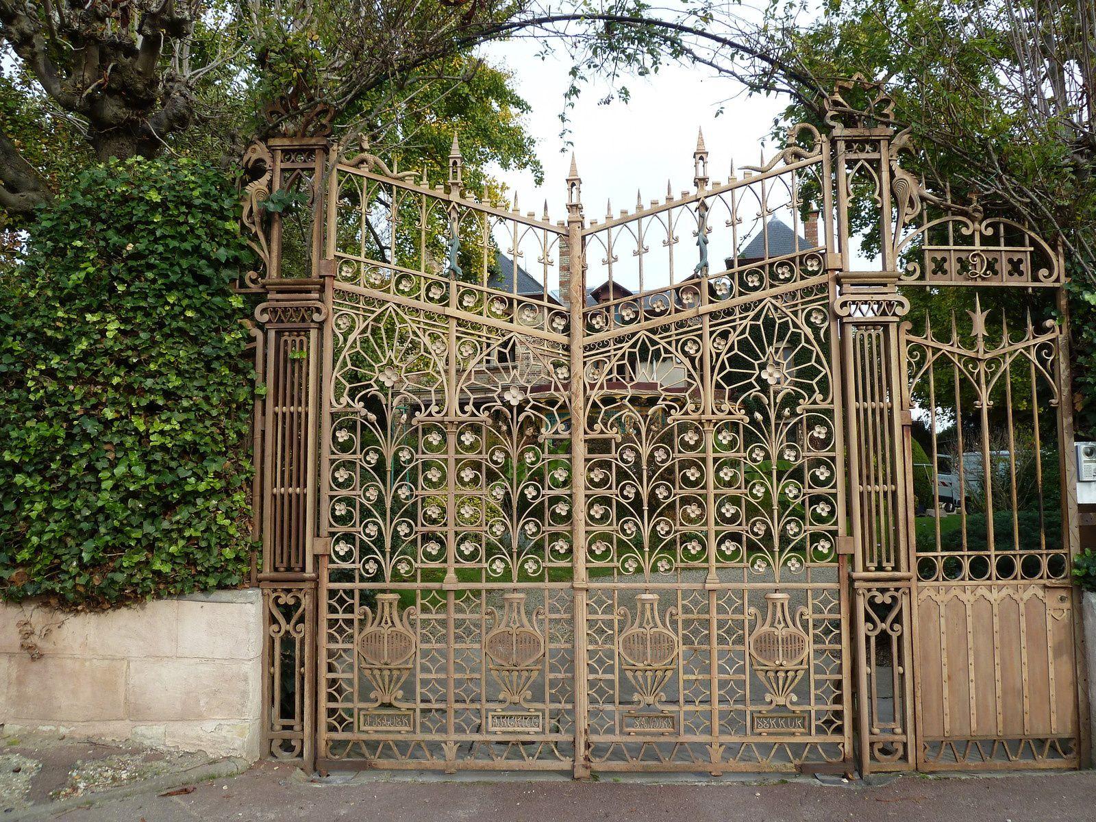 Un portail très travaillé cache une très belle propriété...