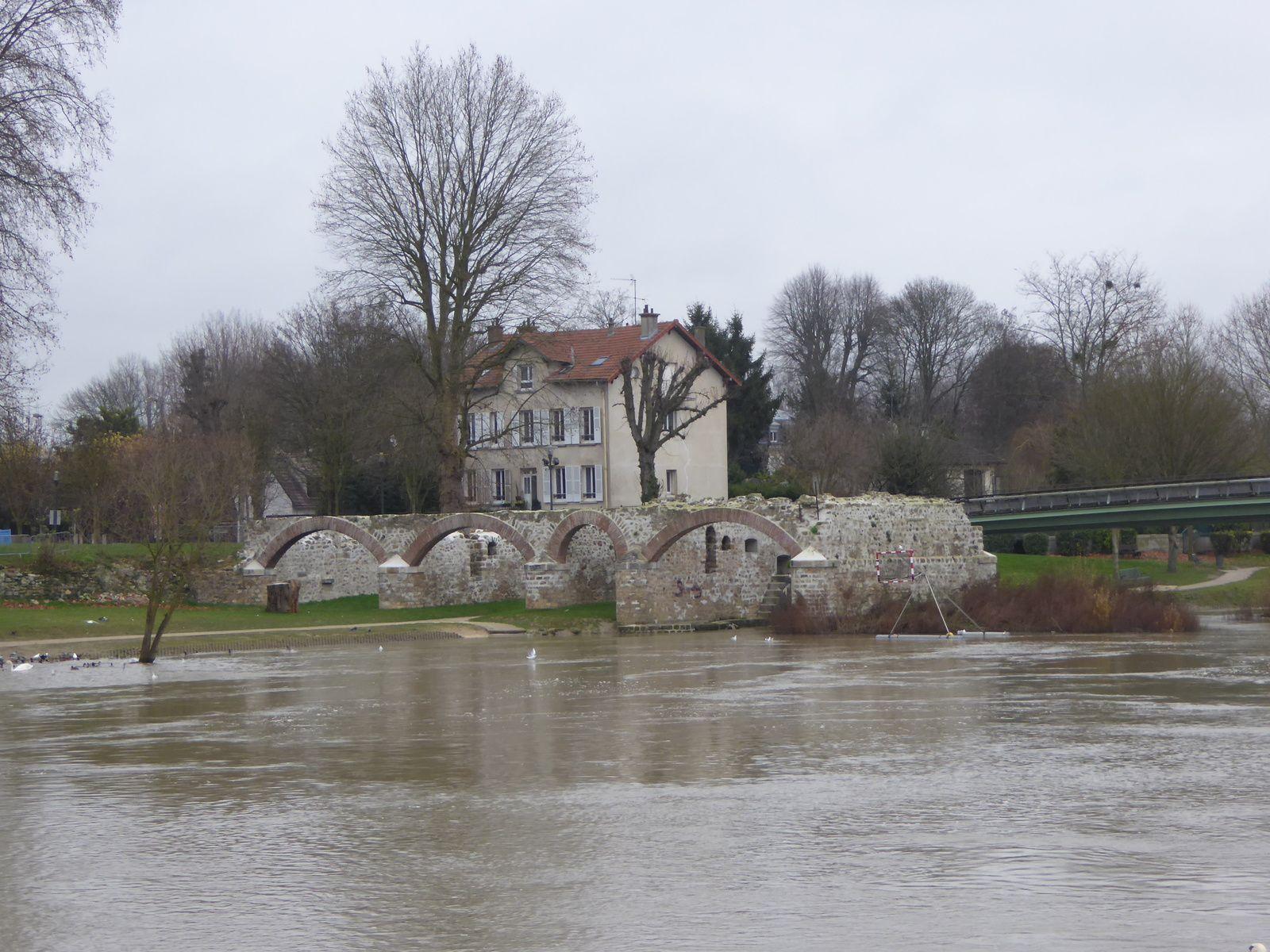 Ruines du Moulin de Chelles dont la fondation remonte à l'époque de l'abbaye royale. La première arche contenait la roue.