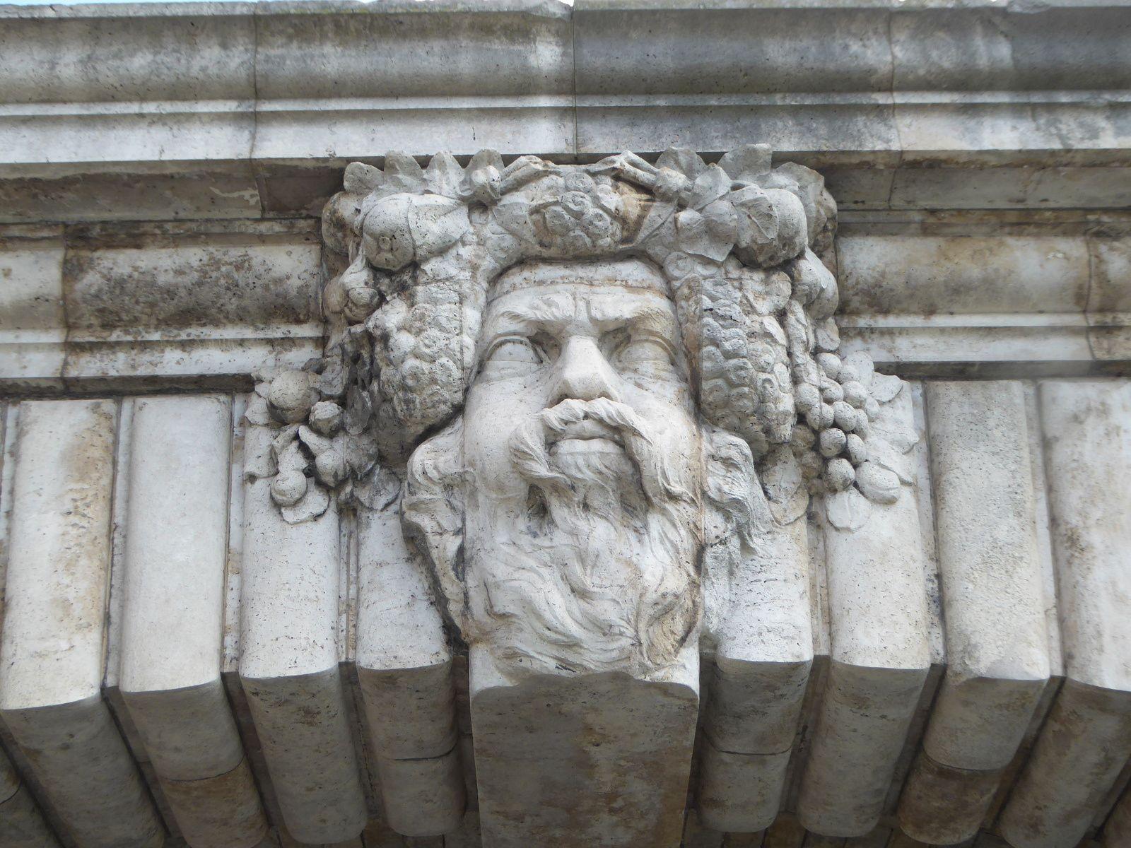 Têtes sculptées du Pont-Notre-Dame.