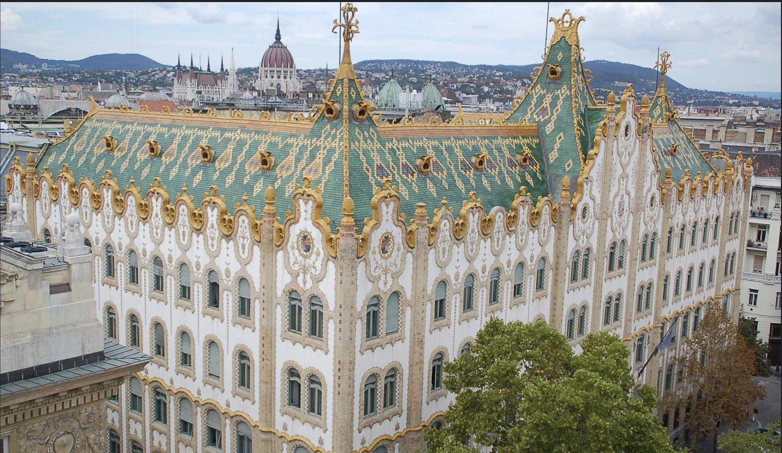 La Caisse d'Epargne et l'église Sainte-Anne. Budapest.