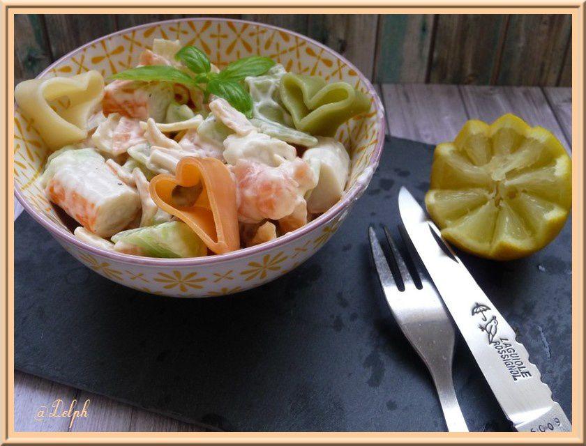 Salade de pâtes-saumon-surimi-concombre