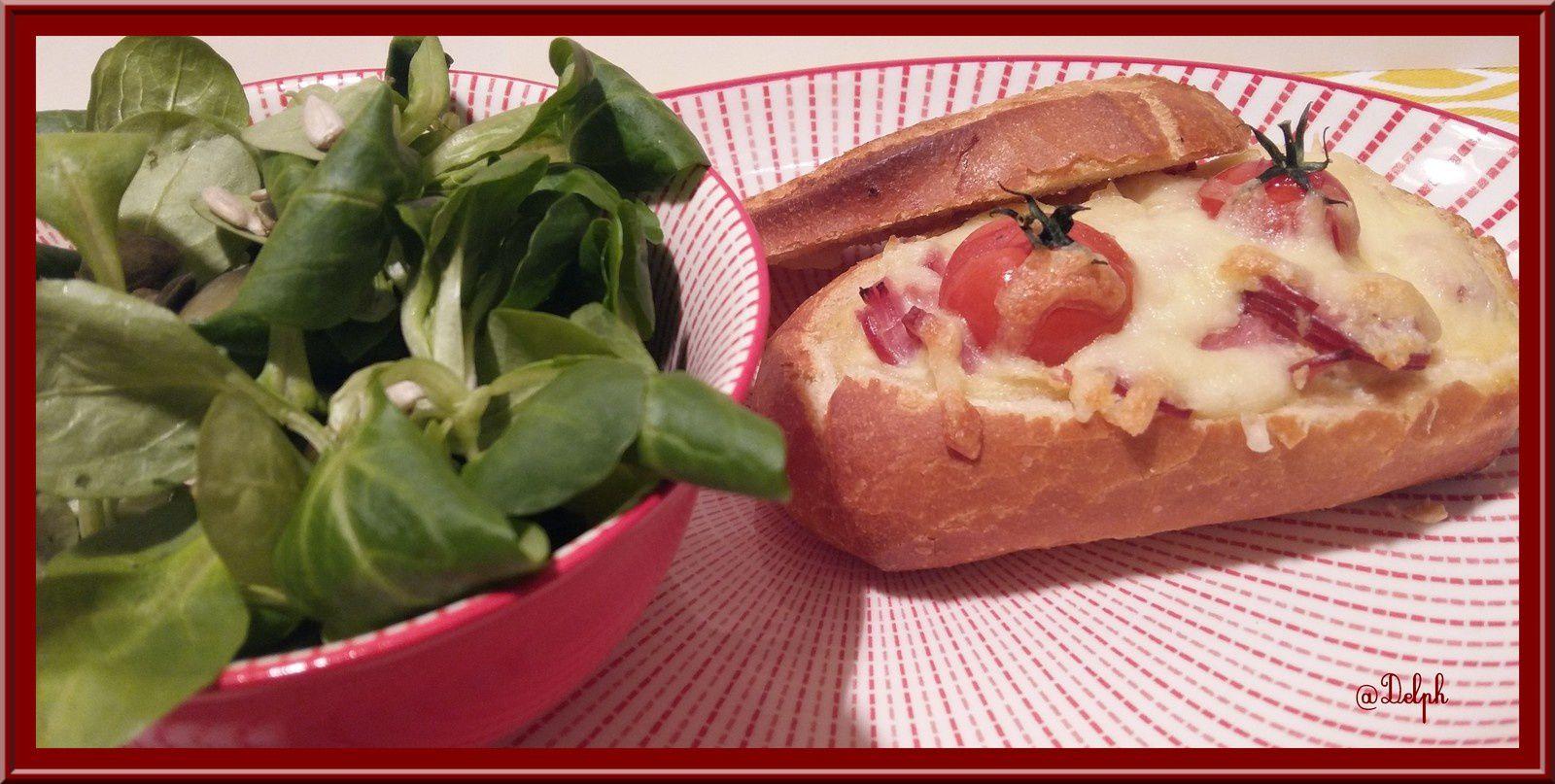 Petits pains au four farcis au bacon , à l'oignon doux et tomate.
