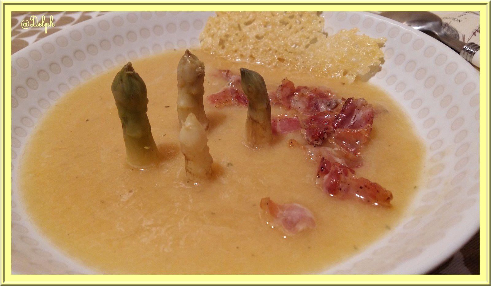 Soupe d'asperges au lard et tuile de comté