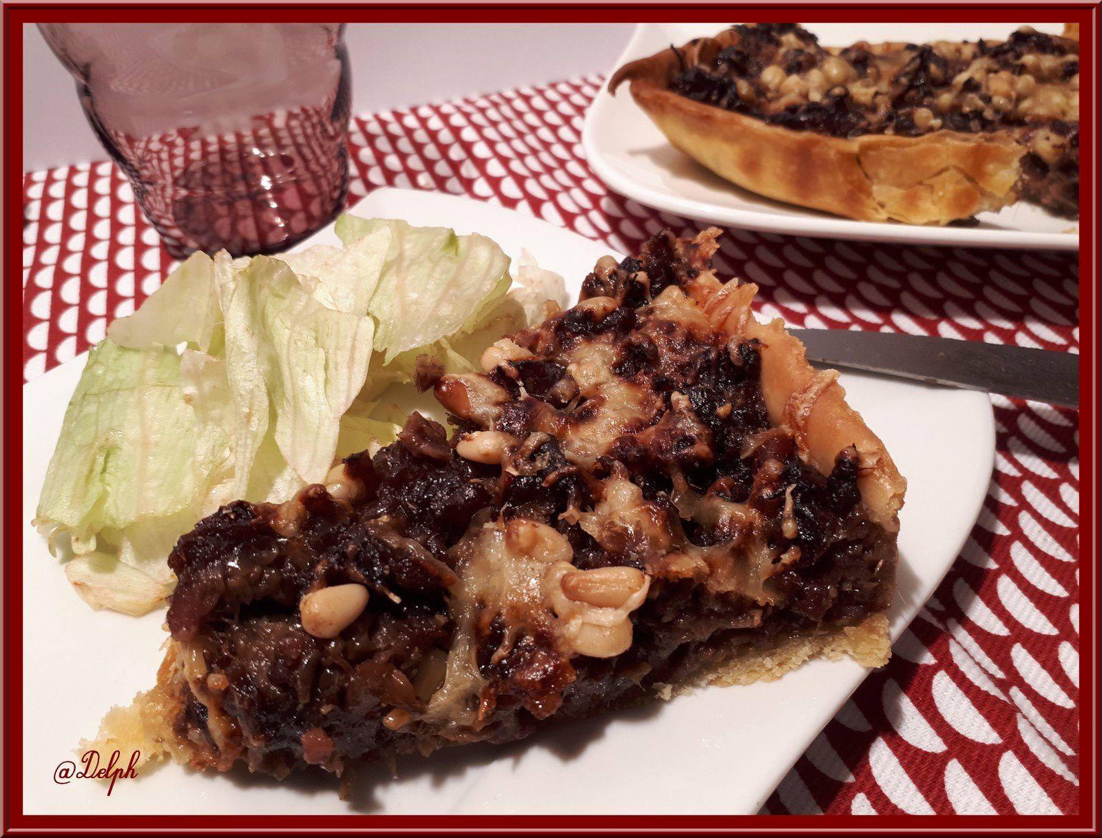 Tarte au confit d'oignons rouges, lardons et pignons