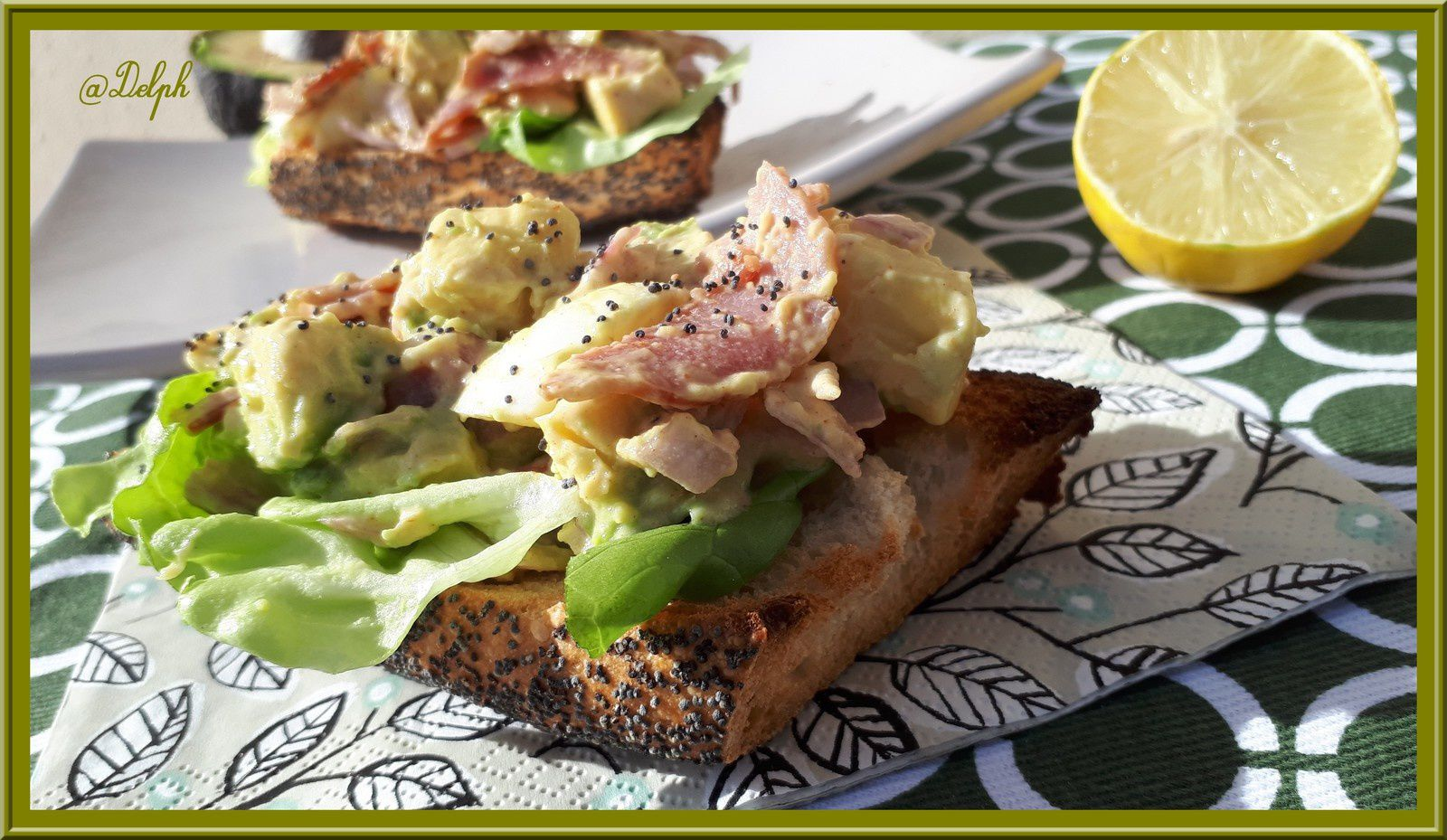 Tartine d'avocat, oeuf, bacon et salade