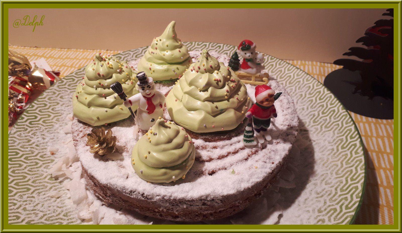 Gâteau au yaourt à la vanille, décoré de sapins de Noël meringué