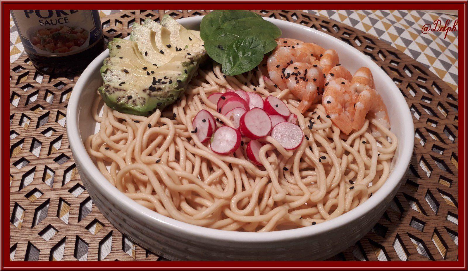 Salade de nouilles asiatiques, avocat, crevettes et sauce Poke