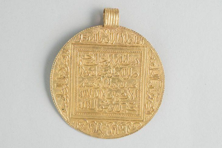 Dinar, almohade (or moulé et frappé). Rabat, musée numismatique de la Bank al-Maghrib - http://www.lemonde.fr/culture/portfolio/2014/10/17/le-maroc-medieval-au-louvre_4498279_3246.html