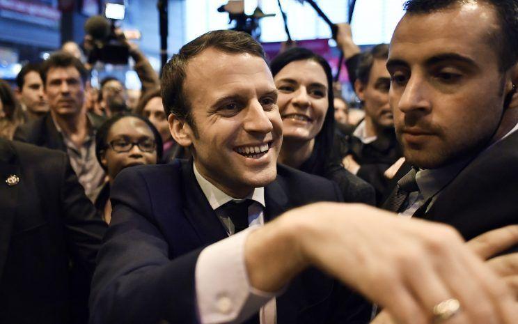 Emmanuel macron re oit un uf en pleine t te au salon de l for Macron salon agriculture oeuf