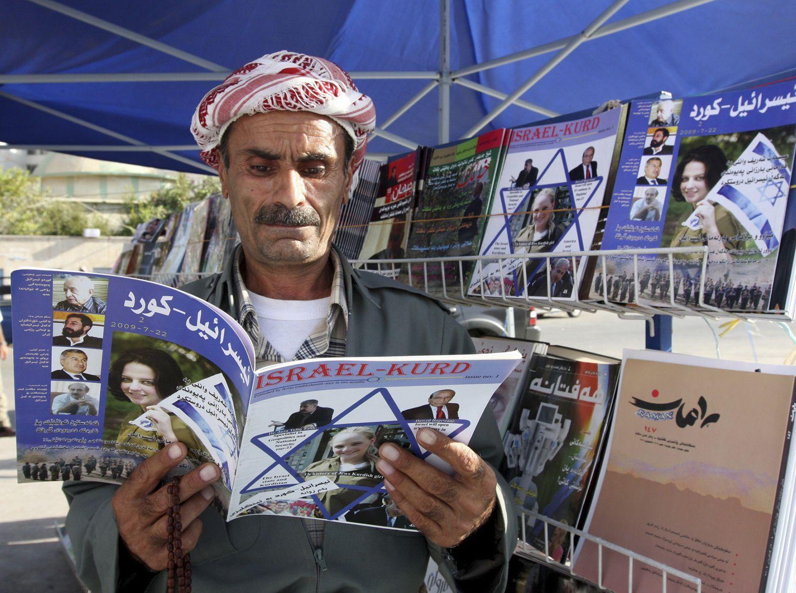 Un Kurde irakien lit un exemplaire du magazine Israel-Kurd dans une rue d'Irbil (Irak) en 2009. (Azad Lashkari/Reuters)
