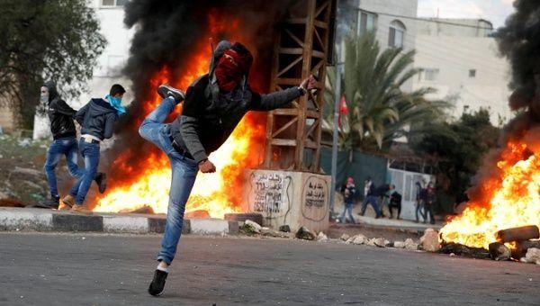 Un manifestant palestinien jette des pierres contre les troupes israéliennes lors d'affrontements lors d'une manifestation organisée près de Naplouse, en Cisjordanie. Photo: Reuters