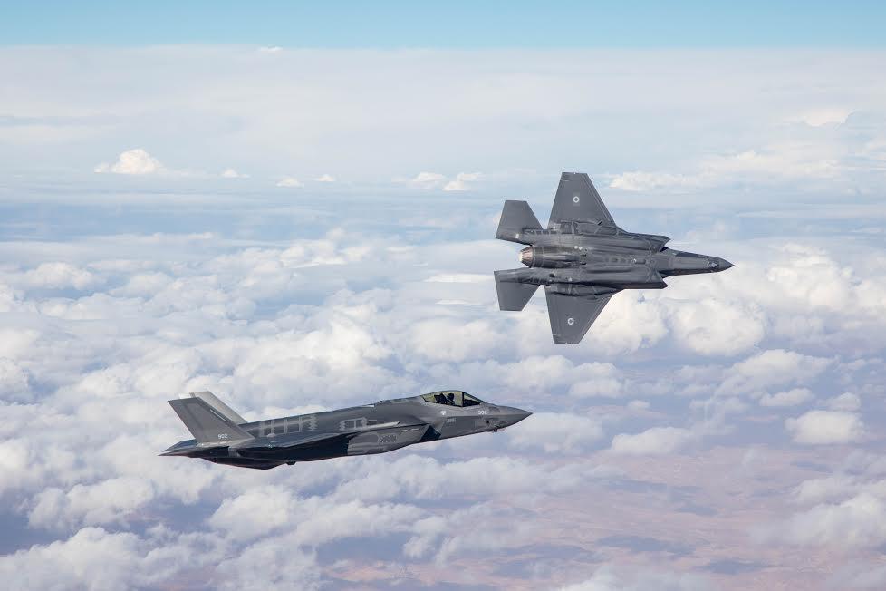 Les deux premiers chasseurs furtifs F-35 d'Israël lors de leur premier vol inaugural dans le cadre de l'armée de l'air israélienne le 13 décembre 2016. (Forces de défense israéliennes)