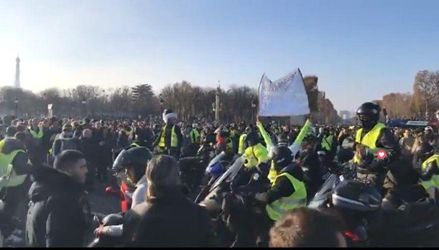 """[MAJ] Point sur les manifestations des """"gilets jaunes"""" :  283.000 manifestants, 1 mort, 227 blessés et 117 interpellations dont 73 placées en garde à vue (Photos, Vidéos)"""