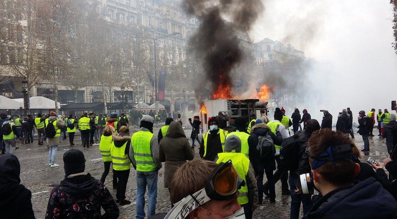 Le véhicule en feu sur l'avenue/Ariane Riou/LP