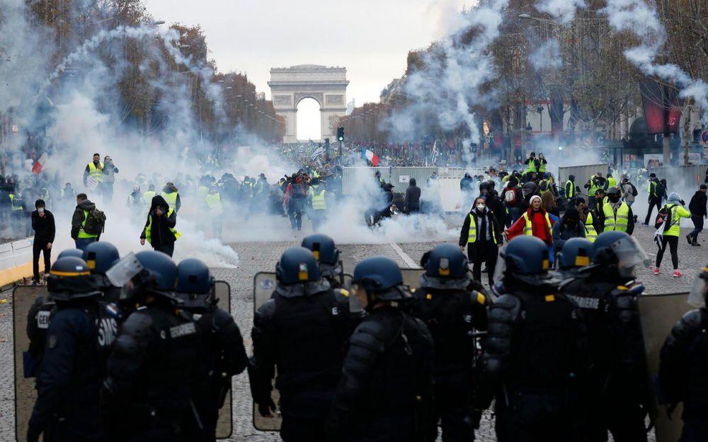 24/11/2018, Paris VIIIe. Les Gilest jaunes affrontent les forces de l'ordre sur la plus belle avenue du monde. LP / Olivier Corsan