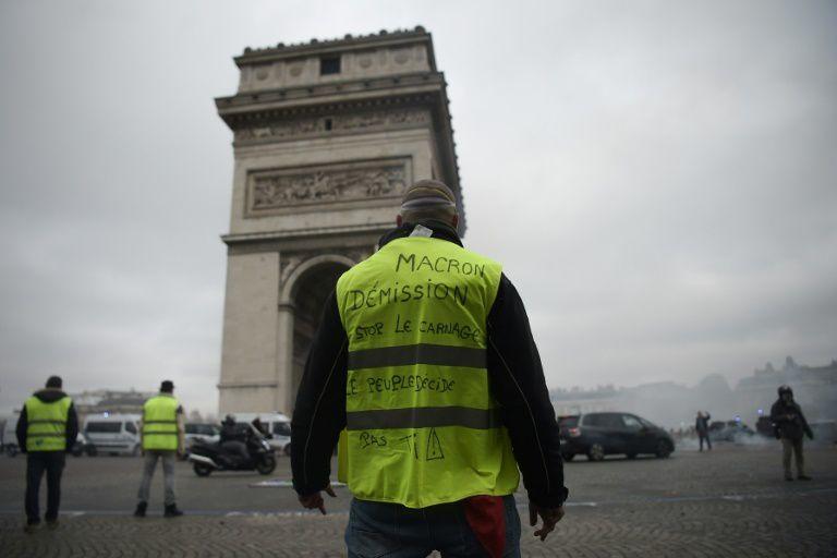 """Des """"gilets jaunes"""" devant l'Arc de Triomphe, place de l'Etoile, le 24 novembre 2018 à Paris / © AFP/Archives / Lucas BARIOULET"""
