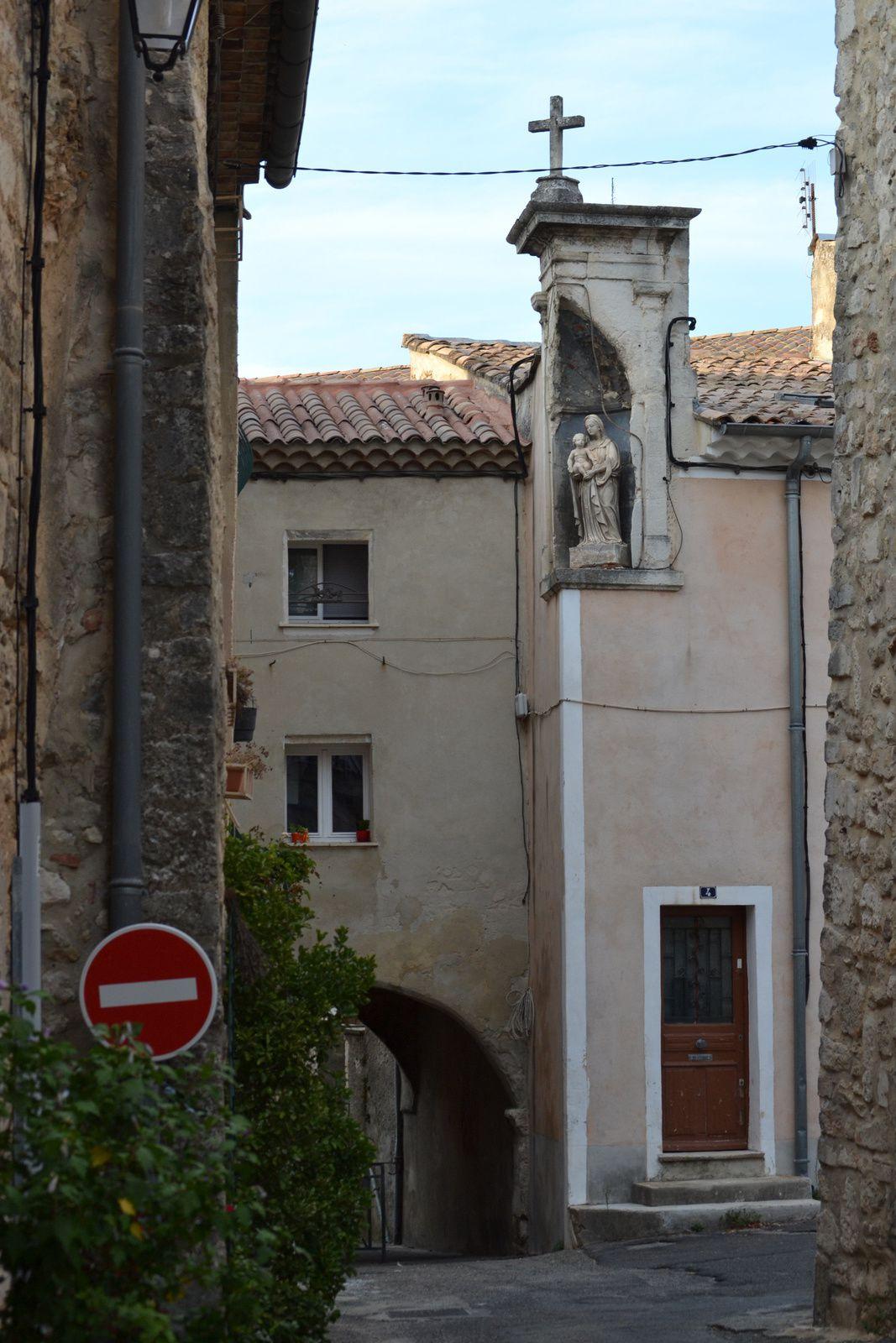 ...elle est située à l'angle de la rue de la Vierge et de la rue Monseigneur Sibour à quelques mètres de la Cathédrale