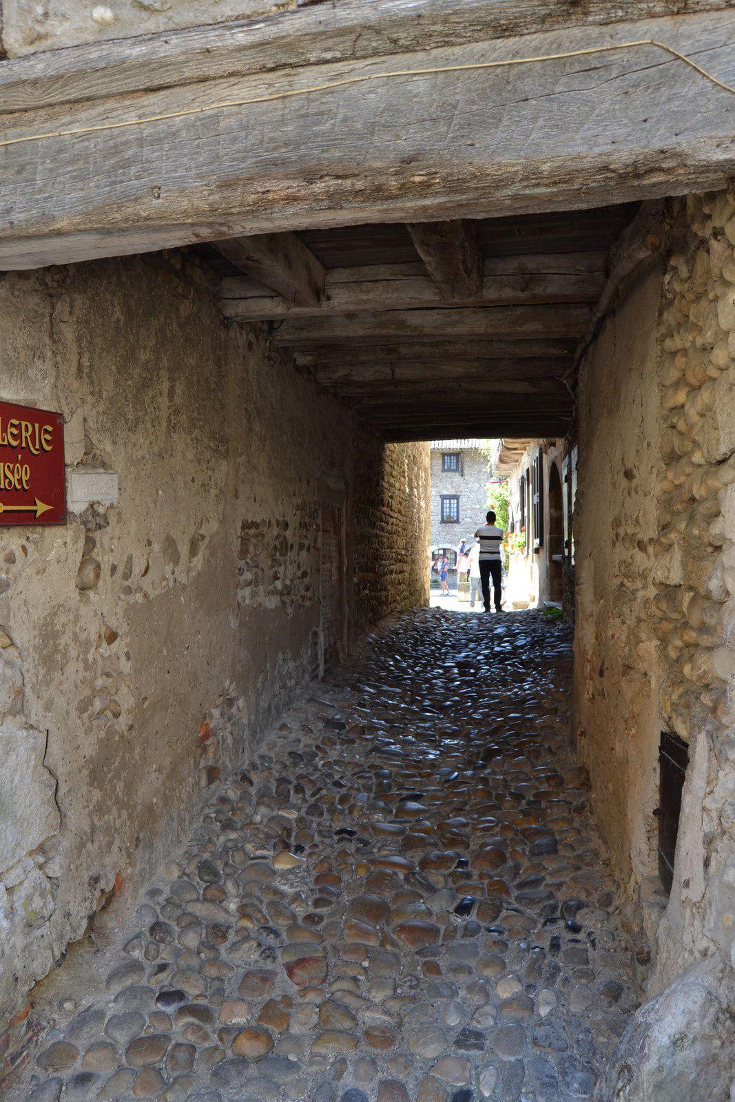 Un passage couvert pour rejoindre le cœur du village, passage qui débouche sur la place du Tilleul...
