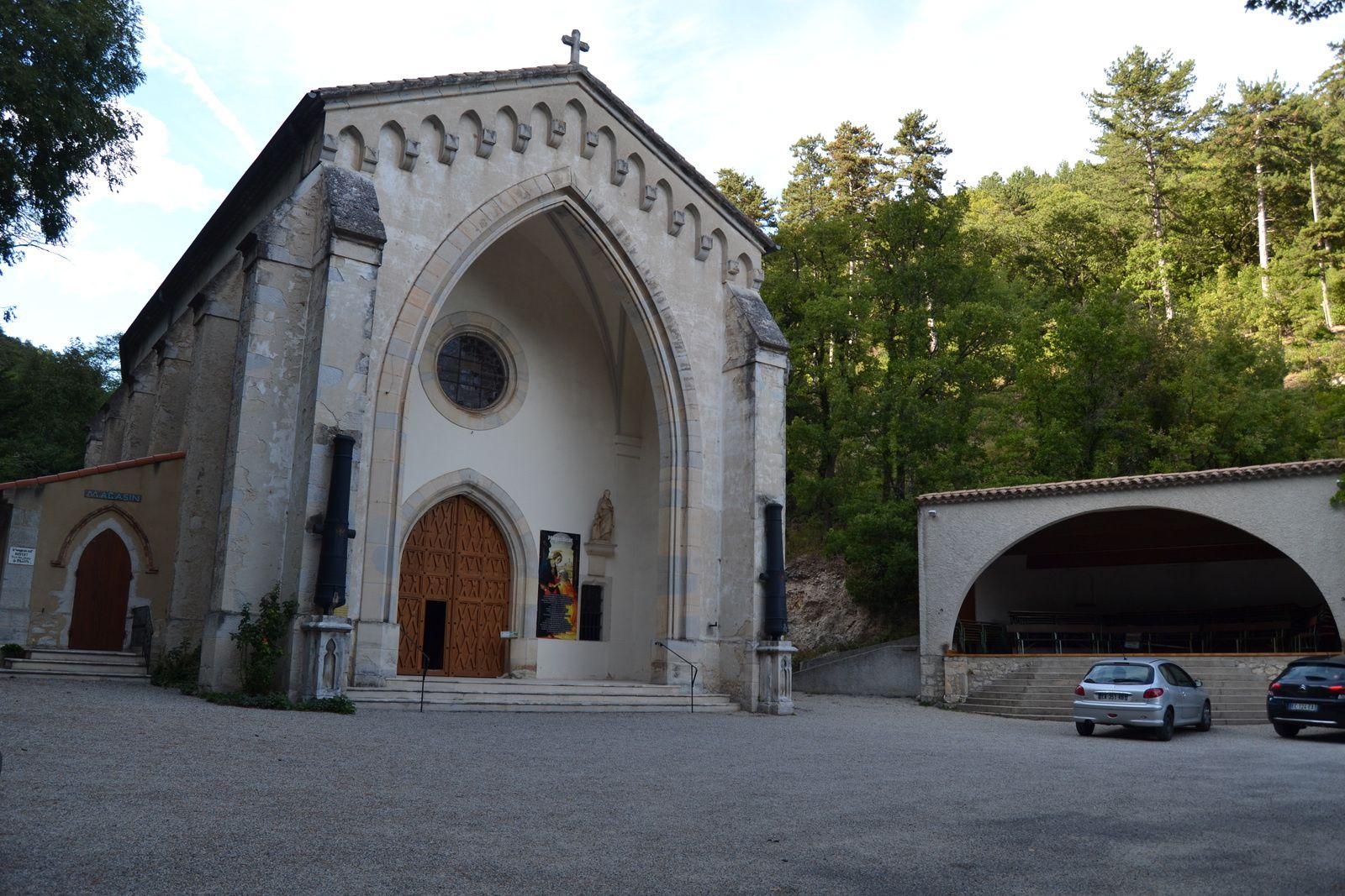 Le grand sanctuaire construit au milieu du XIXème siècle, il peut surprendre par son comité d'accueil: 2 canons!!!  Ils furent offert en mémorial du 8 septembre 1855: la victoire de Malakoff a coïncidée avec le couronnement de ND de Fresneau.