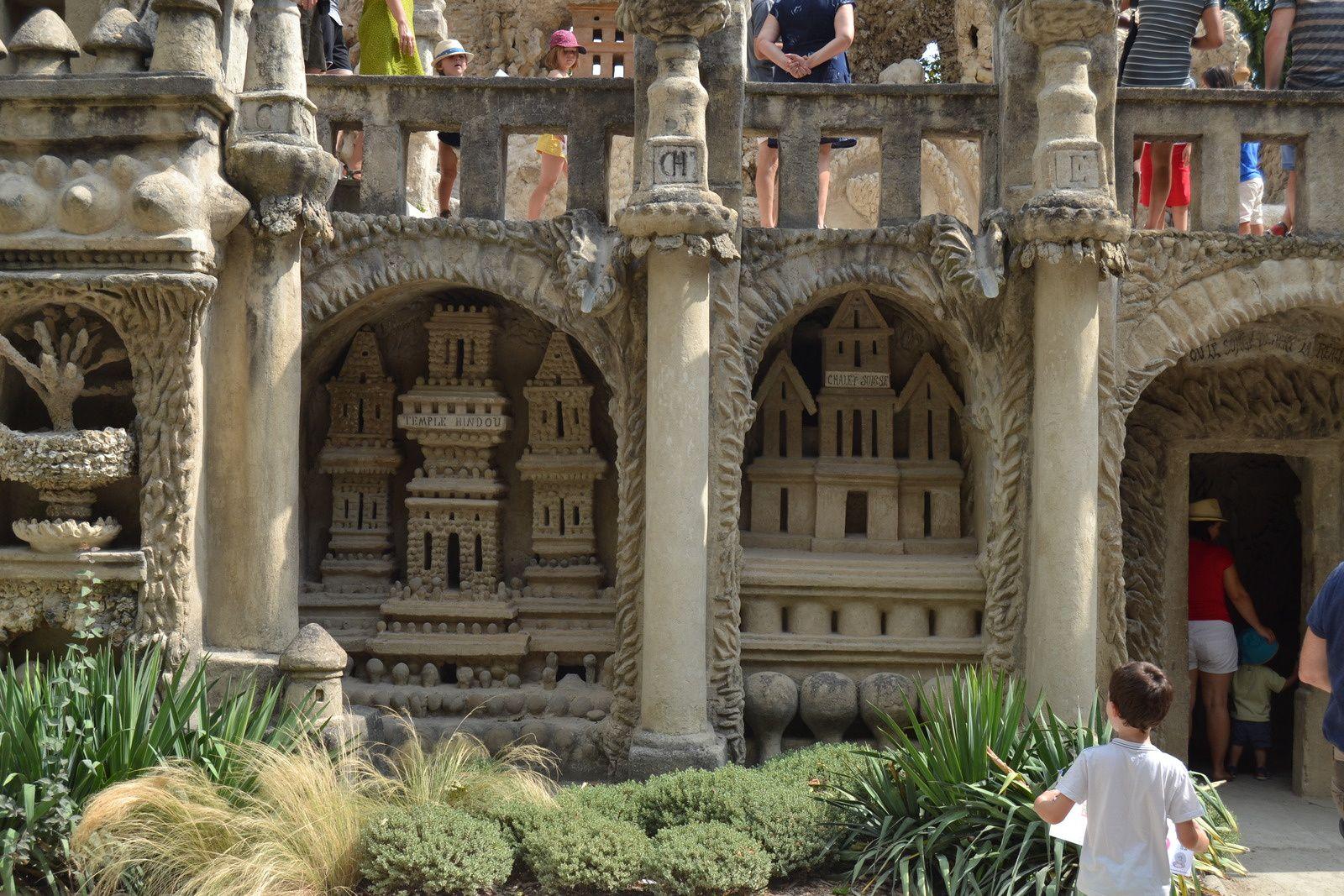 L'oeuvre du Facteur Cheval est un condensé du monde tel qu'il le perçoit. Ferdinand construit un Temple Hindou, un Chalet Suisse, la Maison Carrée d'Alger un Château du Moyen-Age, et une Mosquée qui domine l'ensemble.