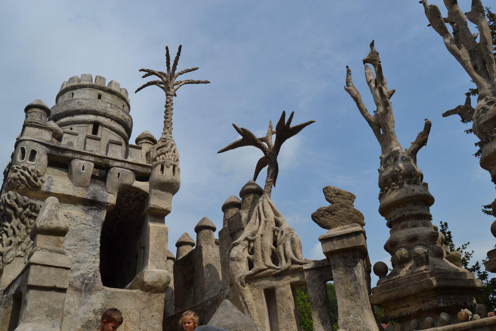 Pour son voisinage, le Facteur Cheval était un être étrange, un « pauvre fou » qui durant sa tournée met des pierres en tas, revient le soir les chercher en s'aidant de sa brouette, pour en remplir son jardin. Il commence la construction de son monument qu'il n'appelle pas encore Palais Idéal en 1879.