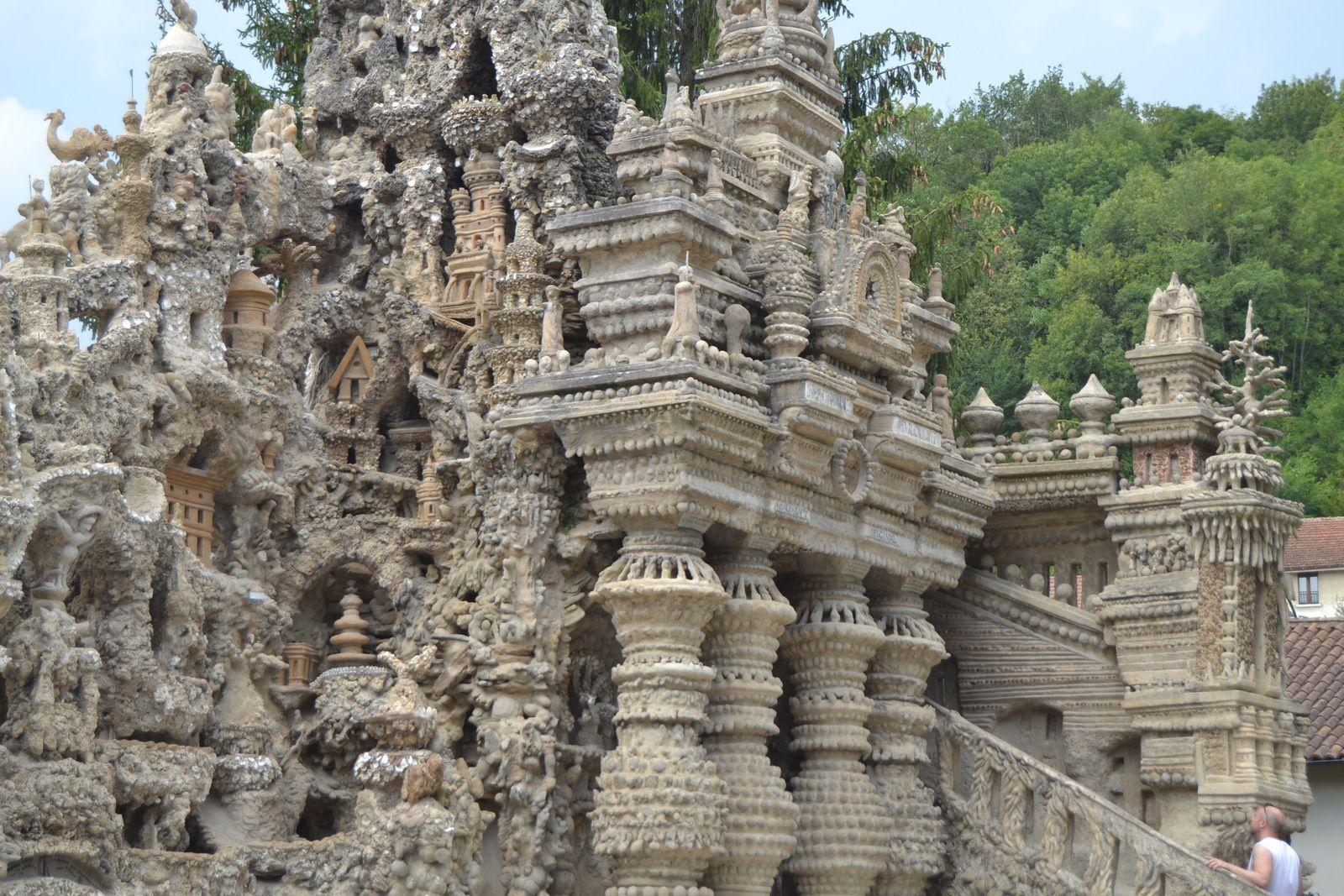 Au dessus du Tombeau Egyptien de petites niches abritent des pagodes et des temples orientaux qui semblent nous inviter à un voyage initiatique. Ces constructions sont le reflet des lectures dont Ferdinand Cheval s'inspirait volontiers.